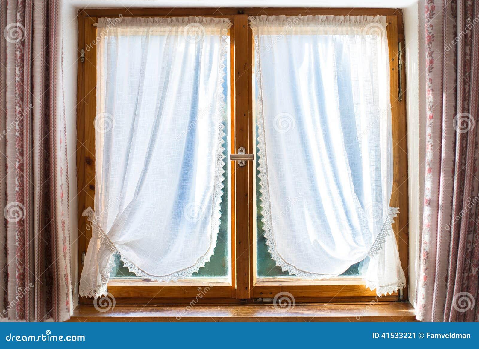 Ventana de madera vieja con las cortinas blancas imagen de for Cortinas blancas