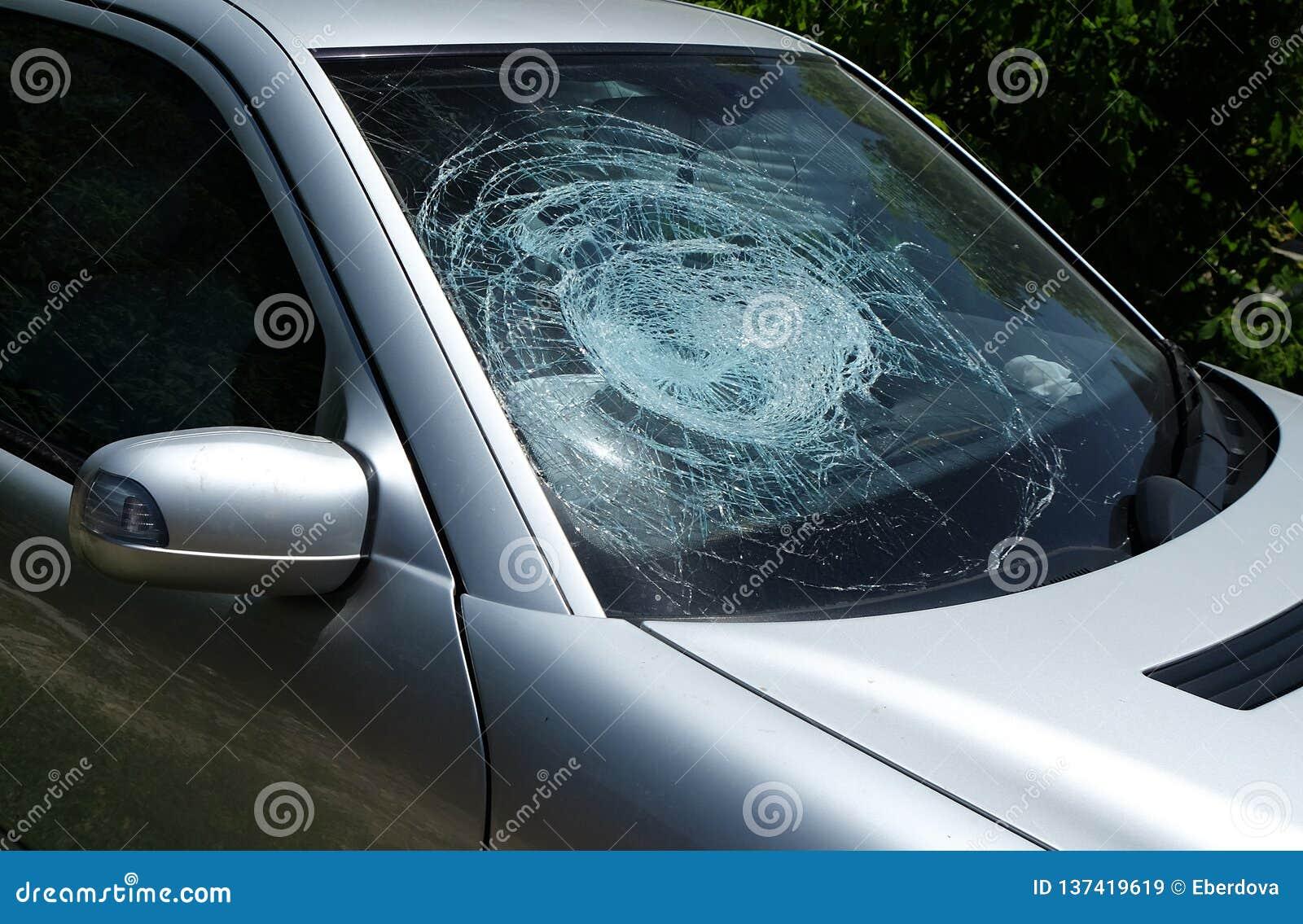 Ventana de vidrio dañada quebrada del parabrisas del coche