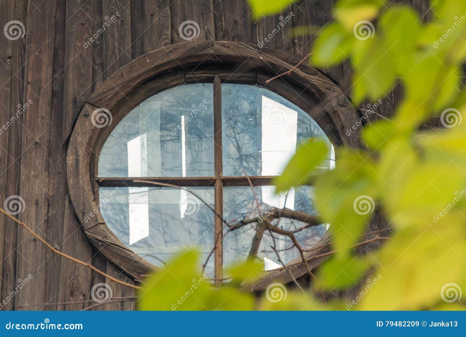 Ventana del ático en casa abandonada