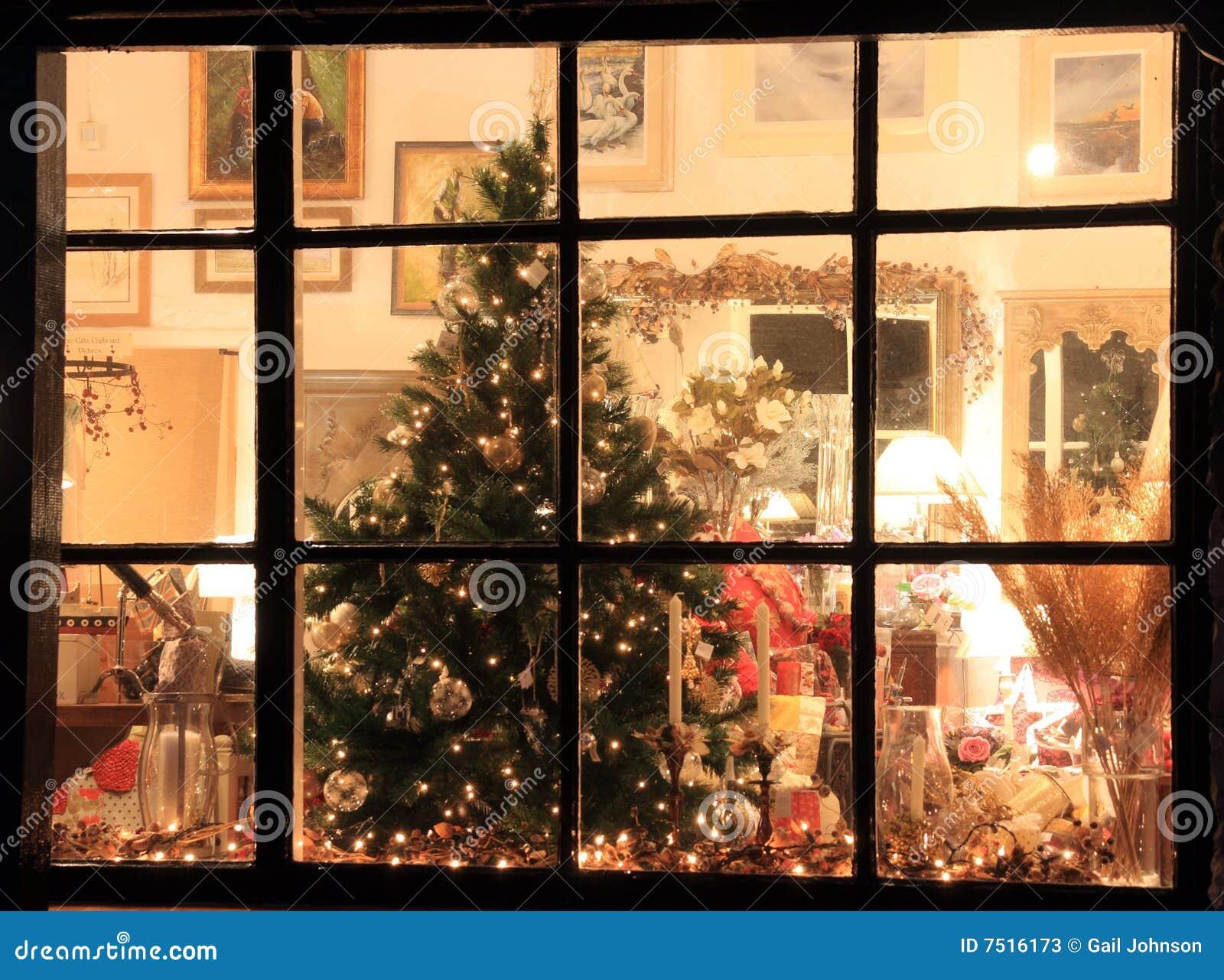 Ventana del departamento de la navidad imagen de archivo for Departamentos decorados para navidad