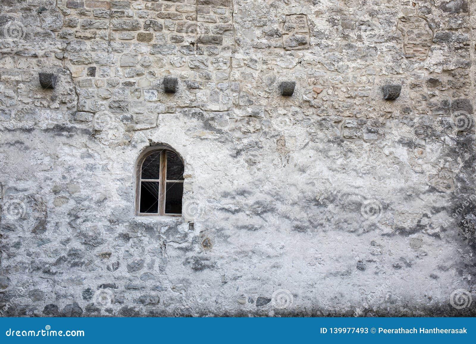 Ventana en la pared en el castillo de Chillon - Veytaux, Suiza