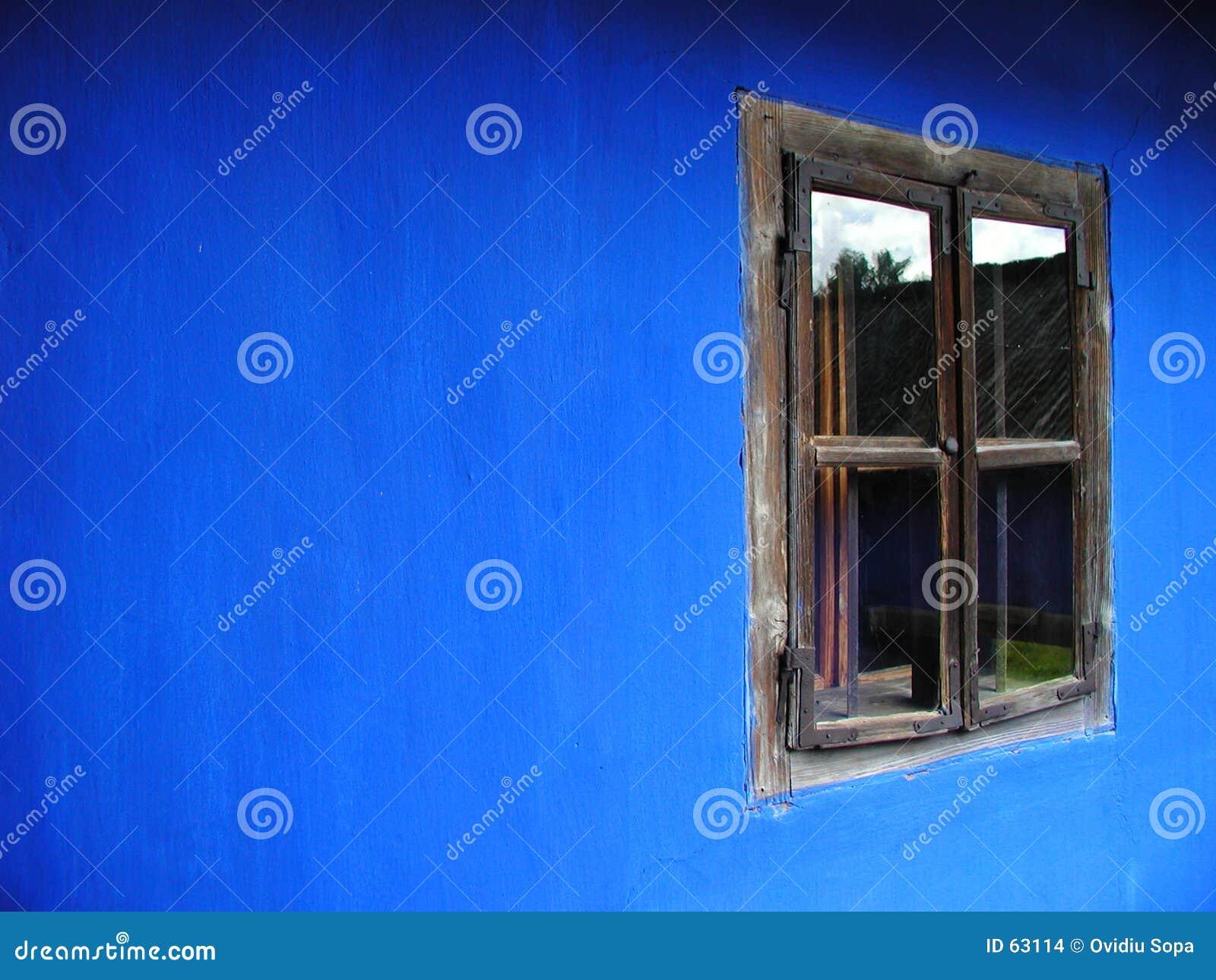 Ventana en una casa azul