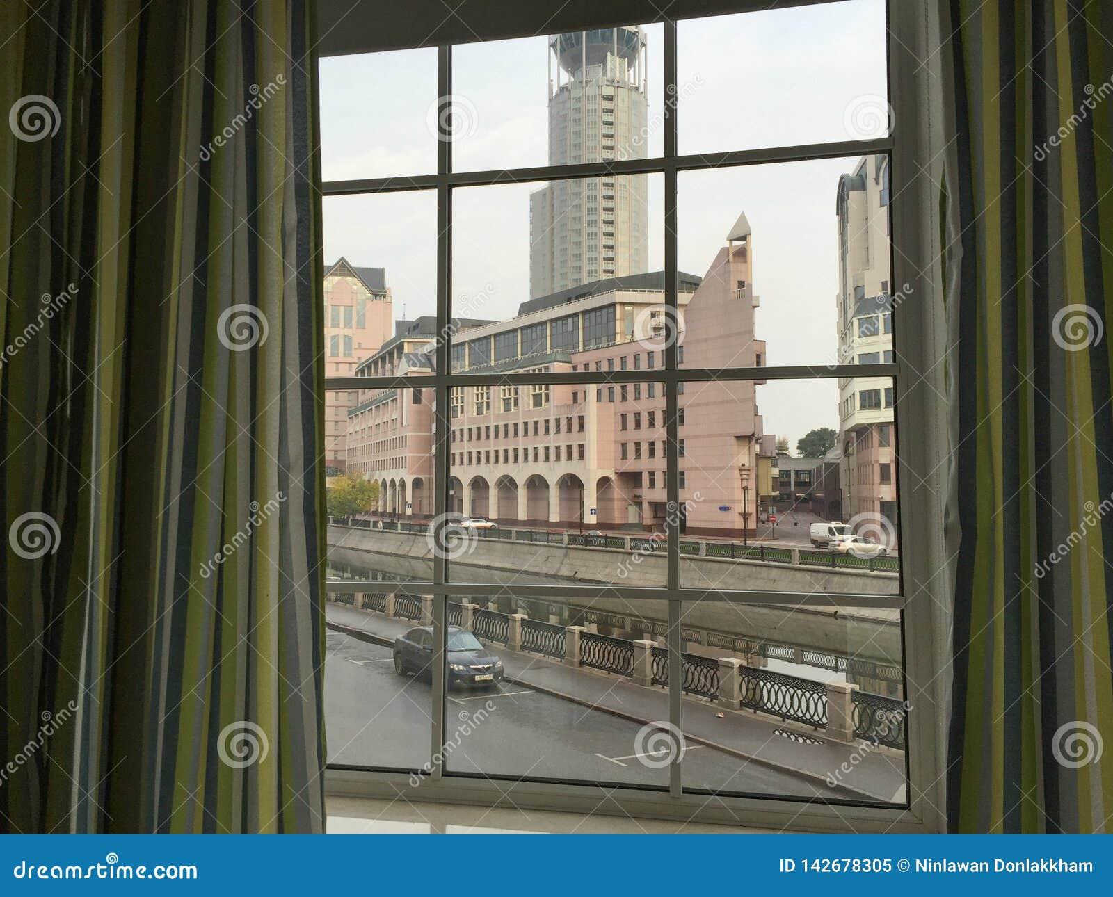 Ventana moderna con las cortinas en sitio