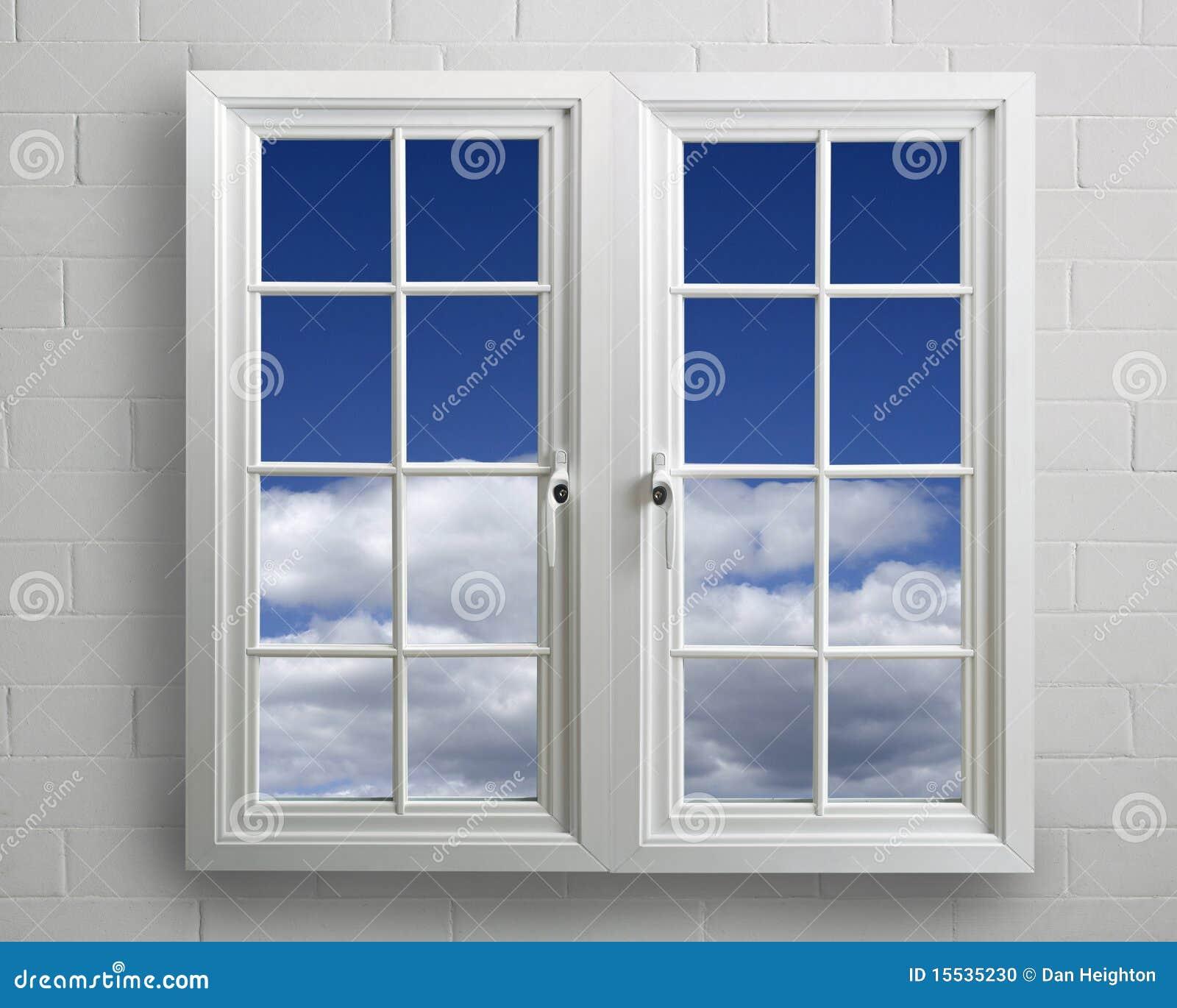 ventana moderna del pvc del blanco con vista del cielo