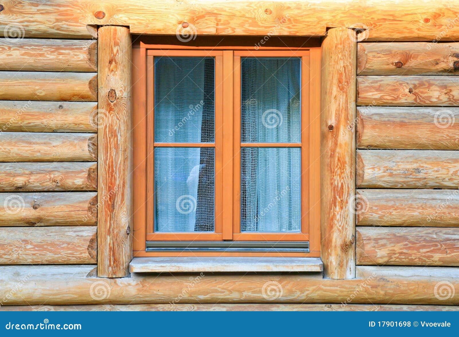 Ventana moderna en la casa de madera foto de archivo for Oggettistica moderna per la casa