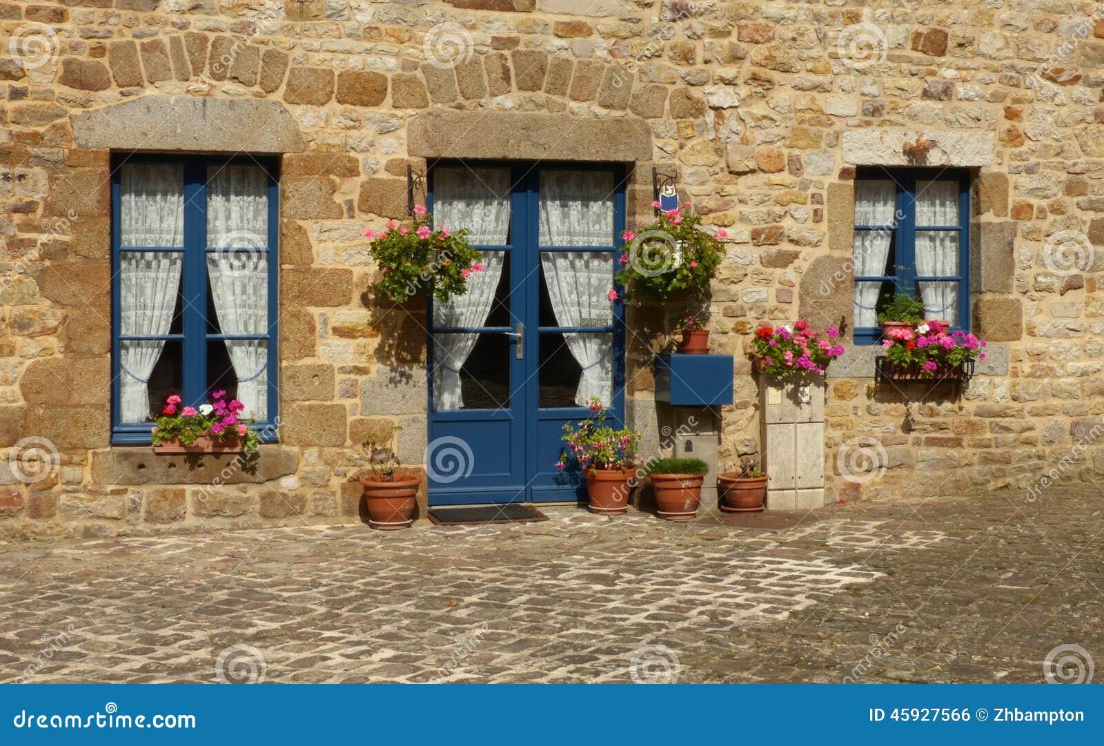 Ventanas azules y una pared de piedra foto de archivo - Piedra de silleria ...