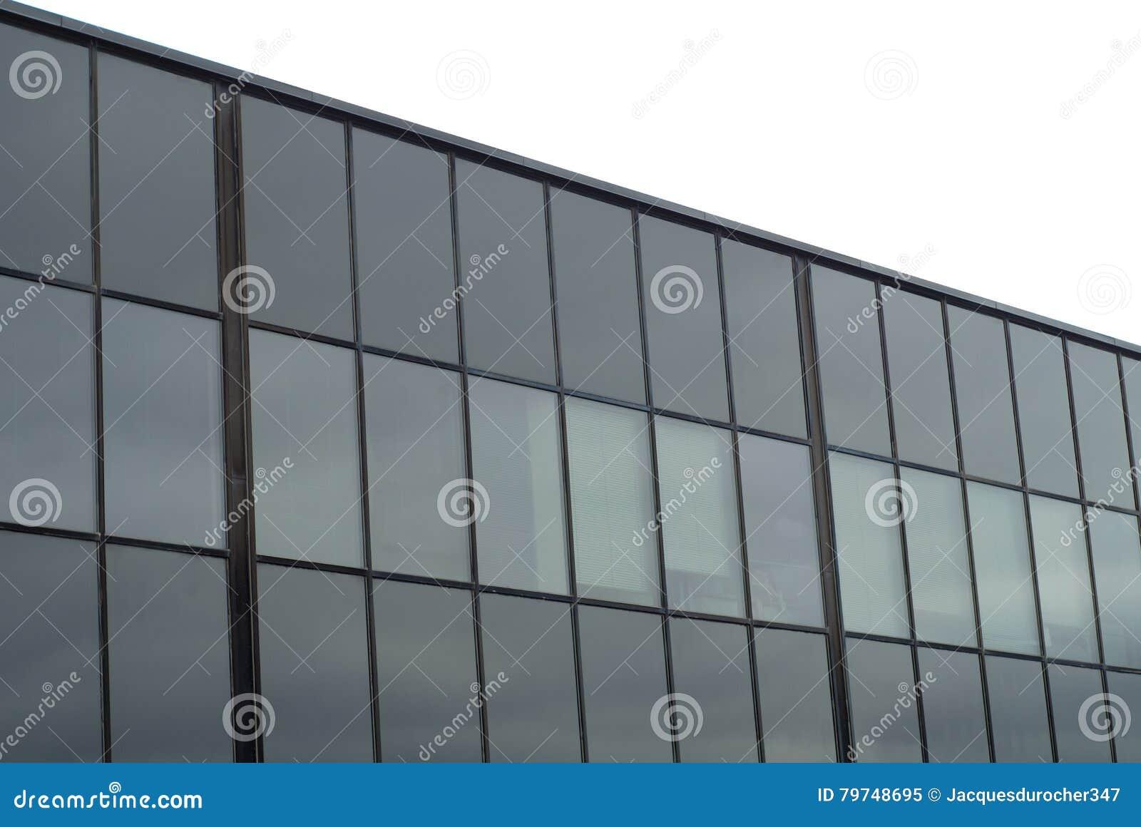 Ventanas de cristal que construyen la fachada comercial de la oficina