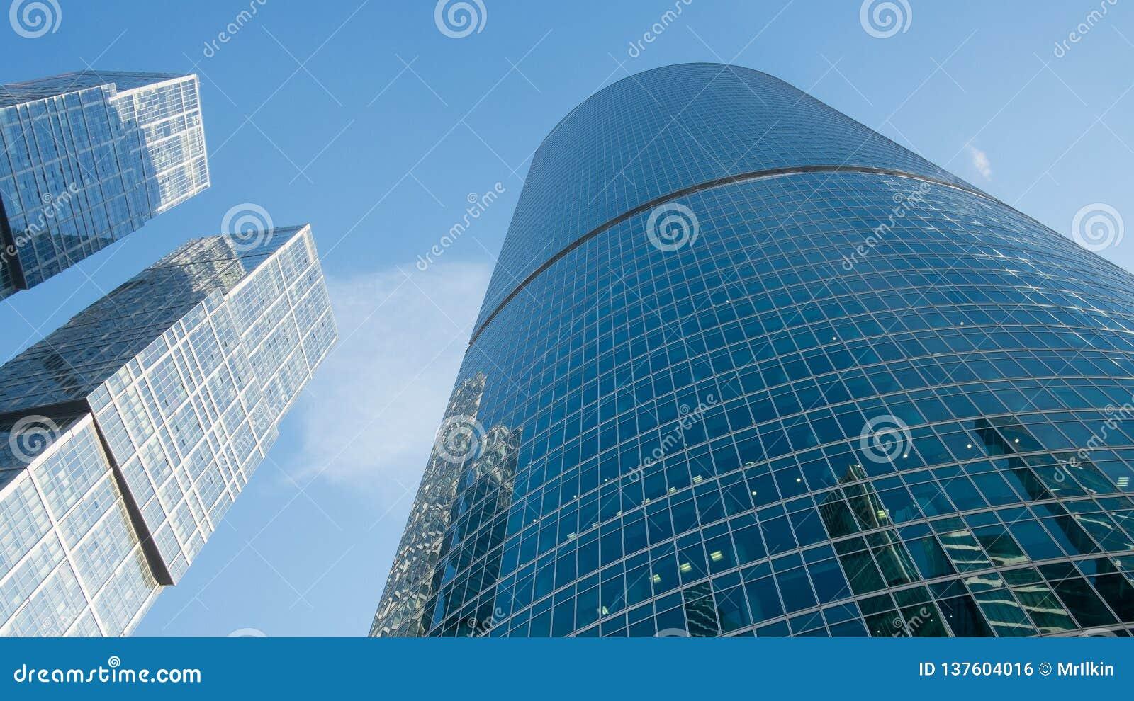 Ventanas de cristal de rascacielos contra el cielo azul