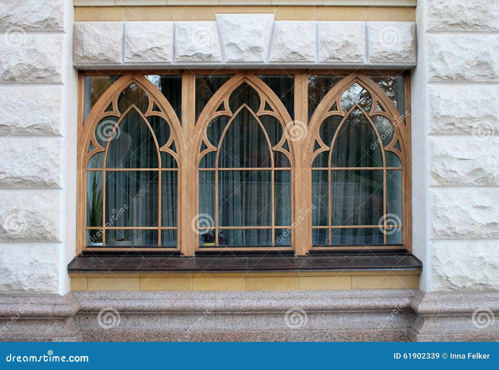 Ventanas de madera de la casa de piedra foto de archivo - Ventanas madera precios ...