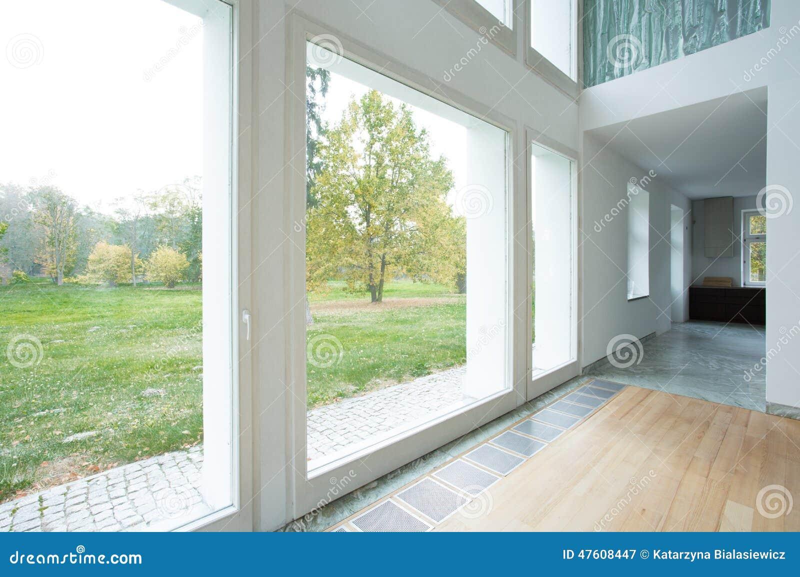 Ventanas Grandes En Casa Moderna Imagen De Archivo