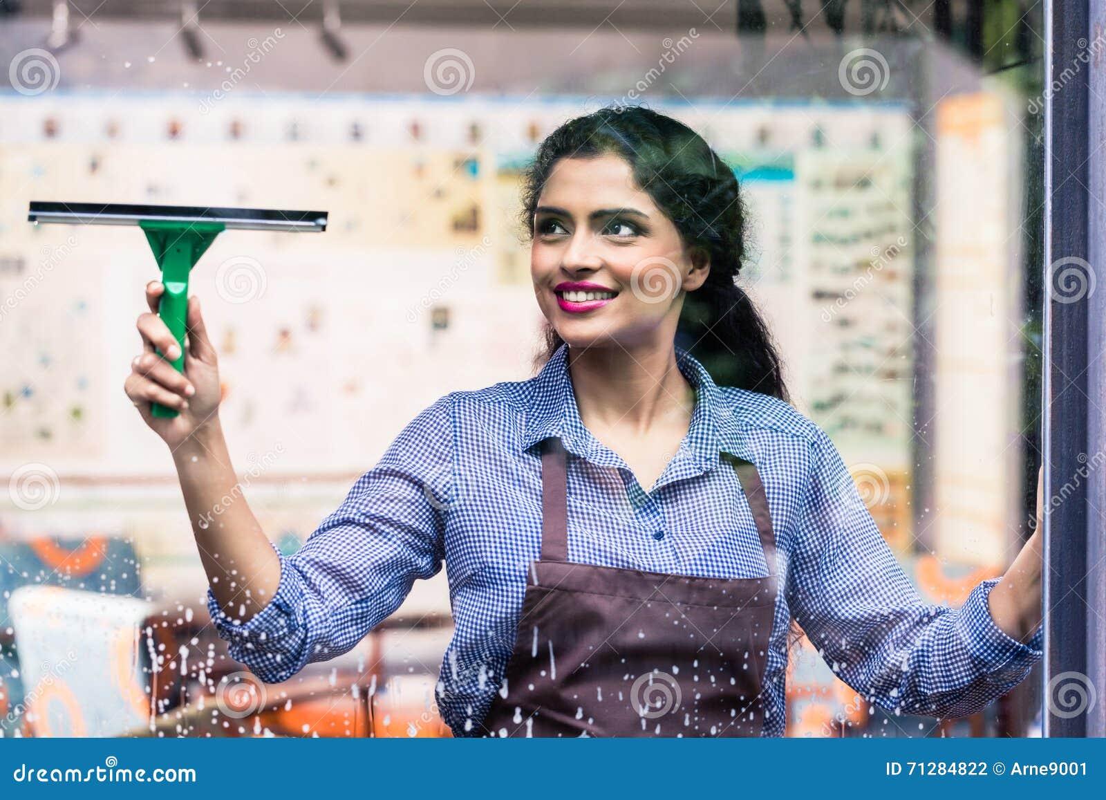 Ventanas indias de la limpieza del empleado