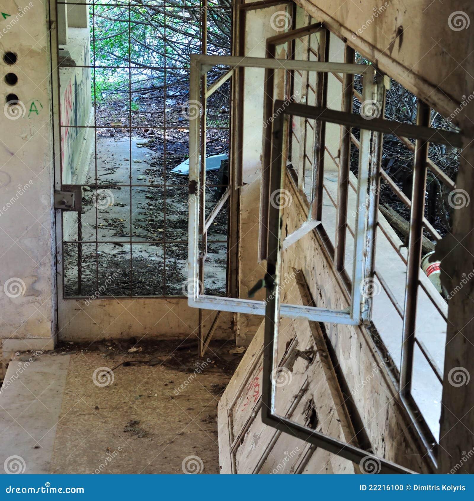 Ventanas Oxidadas En Casa Abandonada Foto de archivo - Imagen de ...