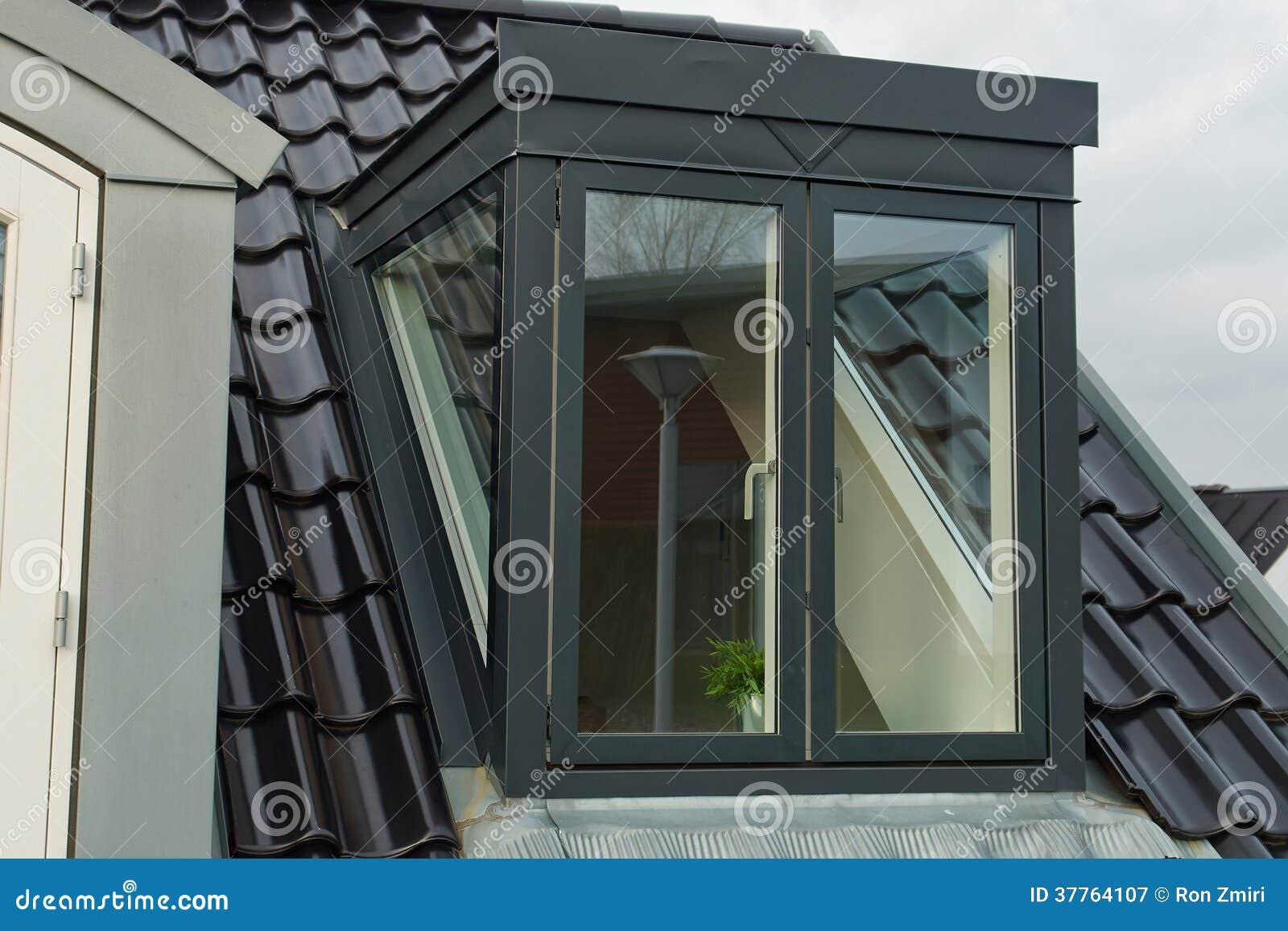 Ventanas verticales modernas del tejado fotograf a de for Tejados de madera fotos