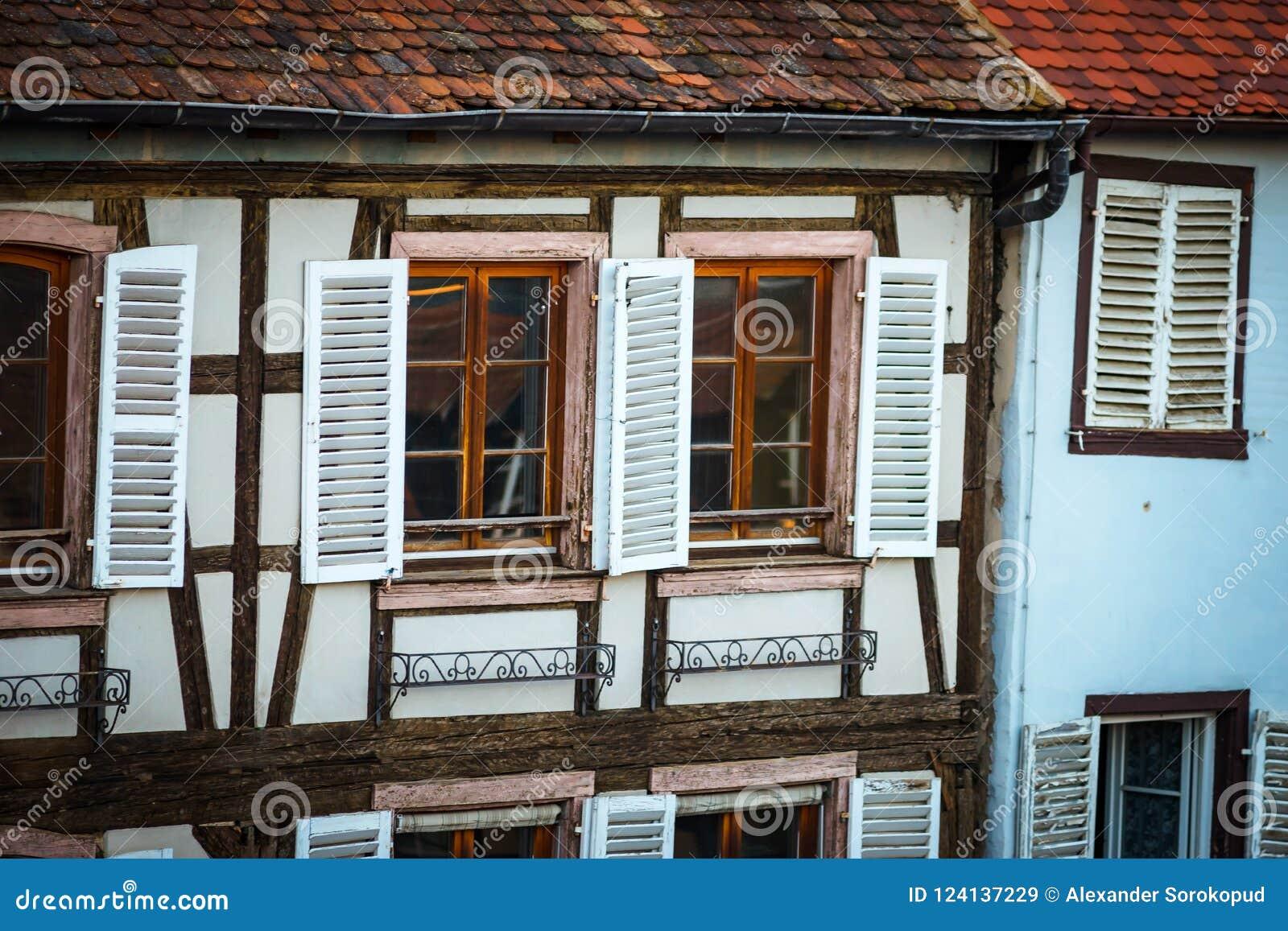 Ventanas Viejas Clásicas En El Edificio Madera-que Enmarca, Alsacia ...