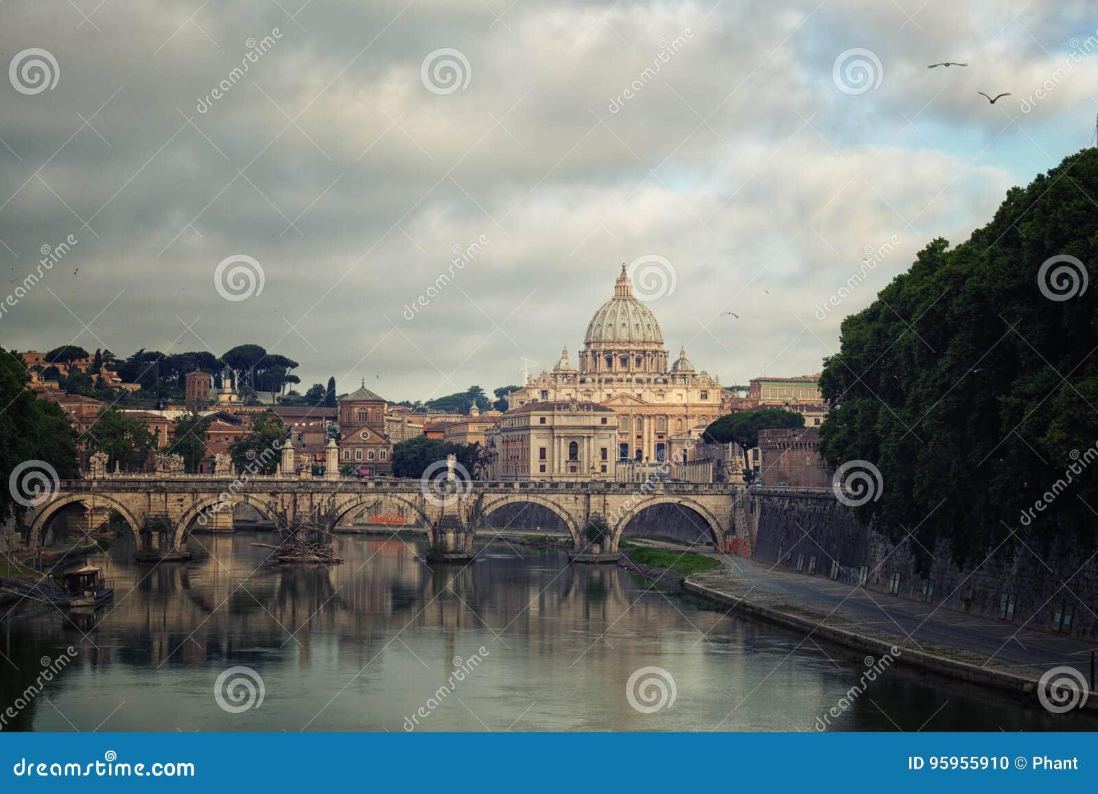 Ventanas viejas hermosas en Roma (Italia)