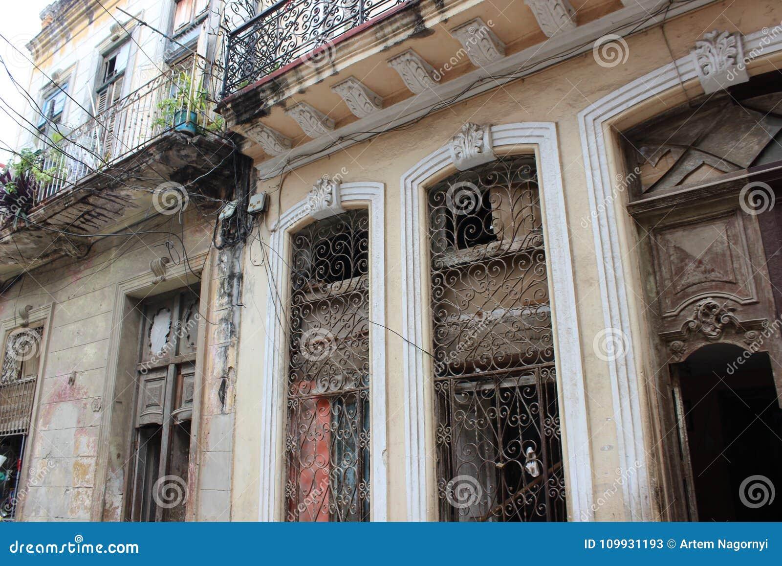 Ventanas viejas y puertas de madera en la calle de la for Puertas de calle de madera