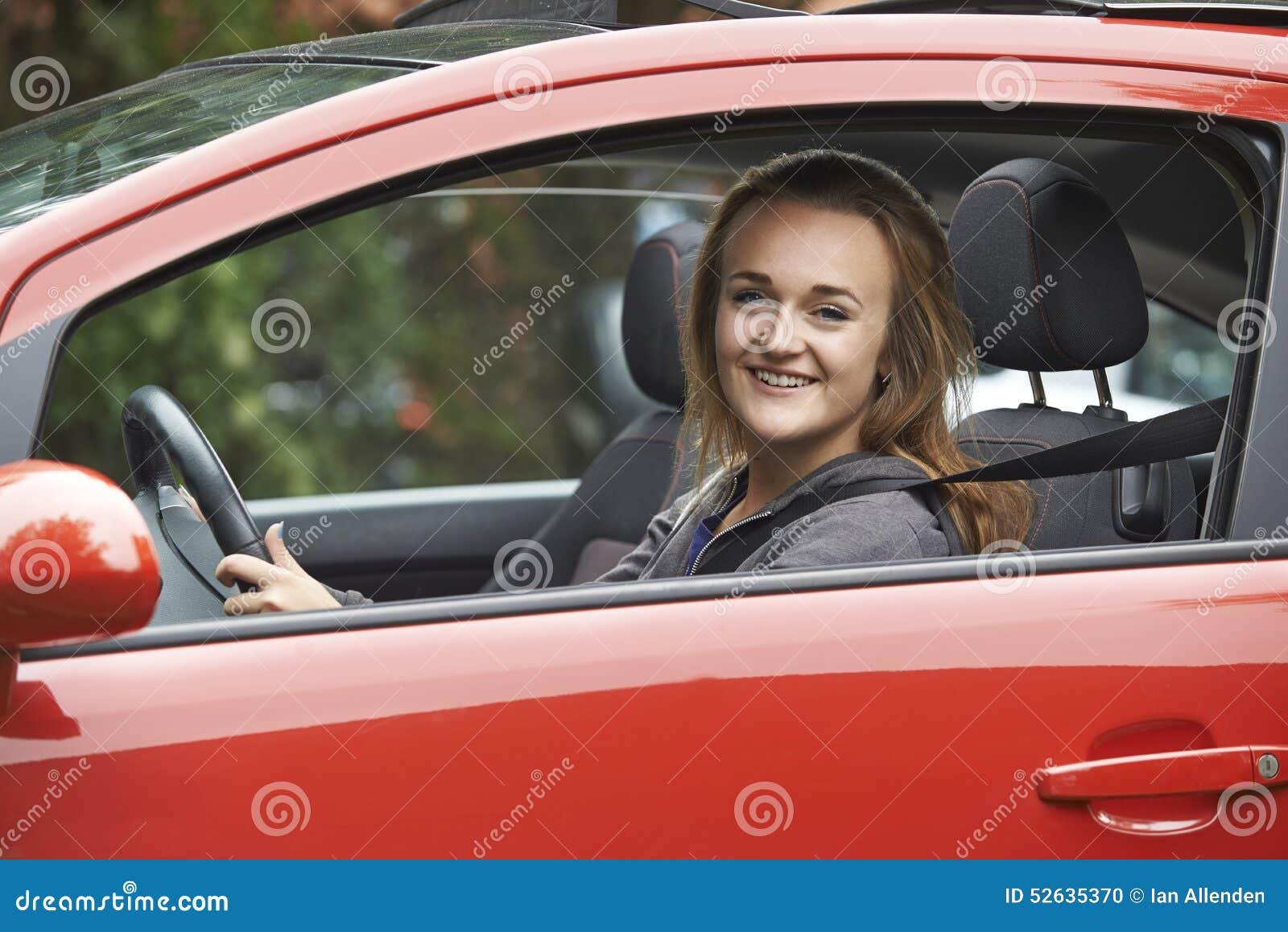Ventanilla del coche adolescente femenina de Looking Out Of del conductor