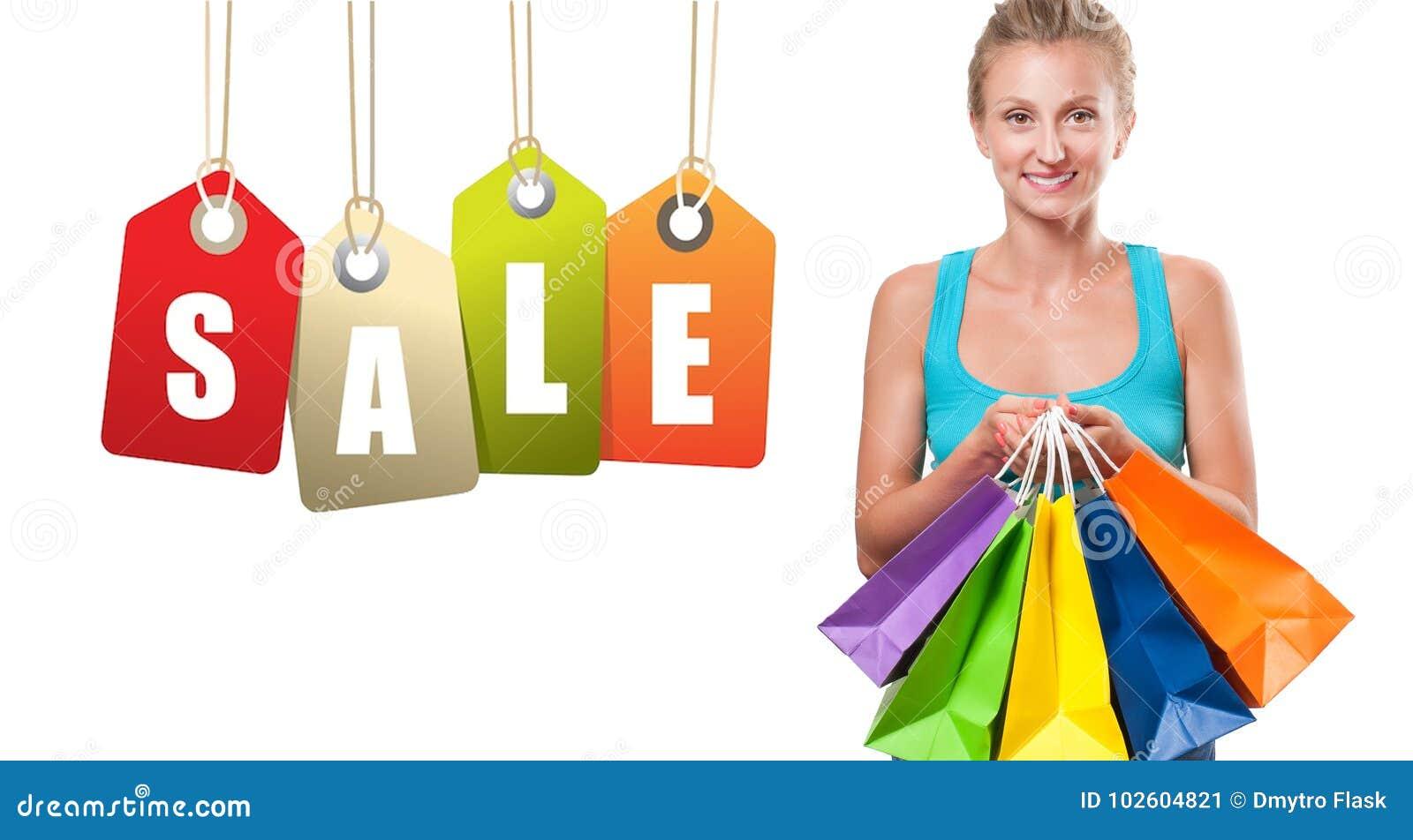Vente d achats La femme heureuse tient des paniers