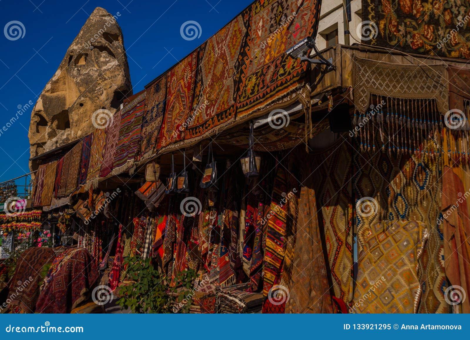 Vente sur le marché, bazar turc sur la rue, vue de face de différents tapis au marché dans Cappadocia, Turquie