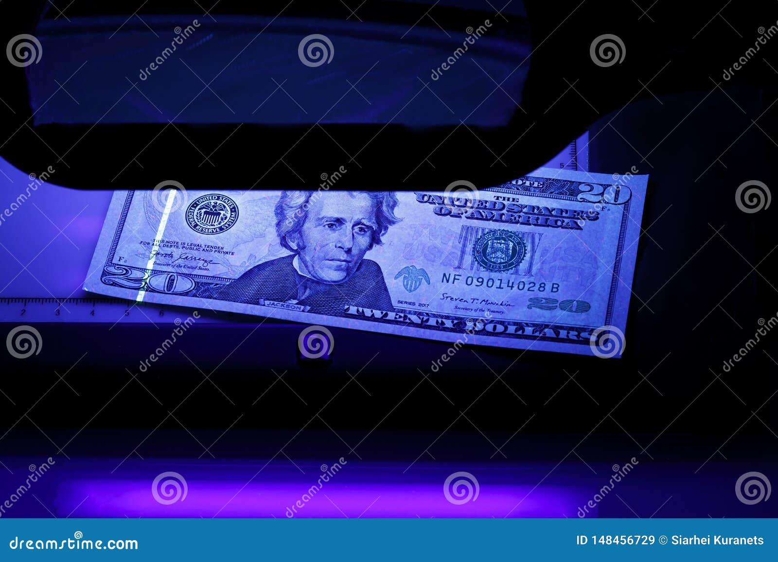 Venti dollari nella foto Noi banconote Attrezzatura per ispezione approfondita di soldi Controllo delle fatture alla luce ultravi