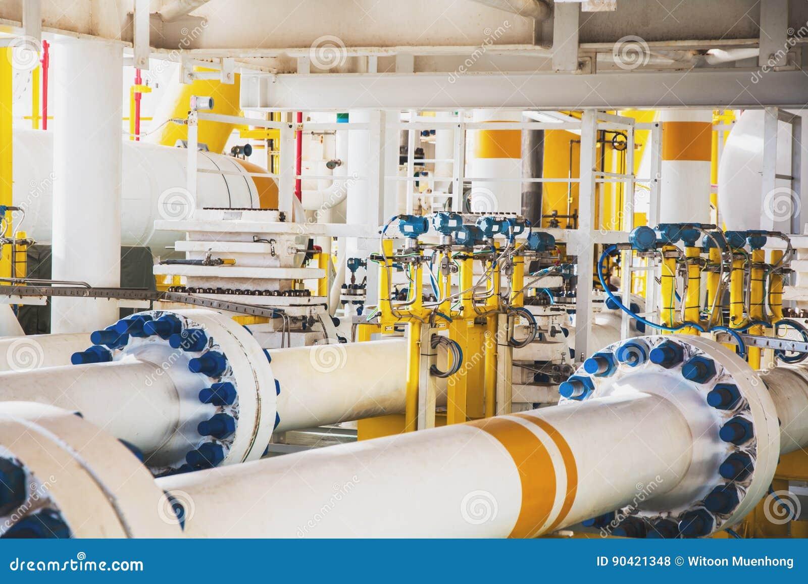 Ventil und Rohr zeichnen in der Öl- und Gasplattform in Küstennähe im Golf von