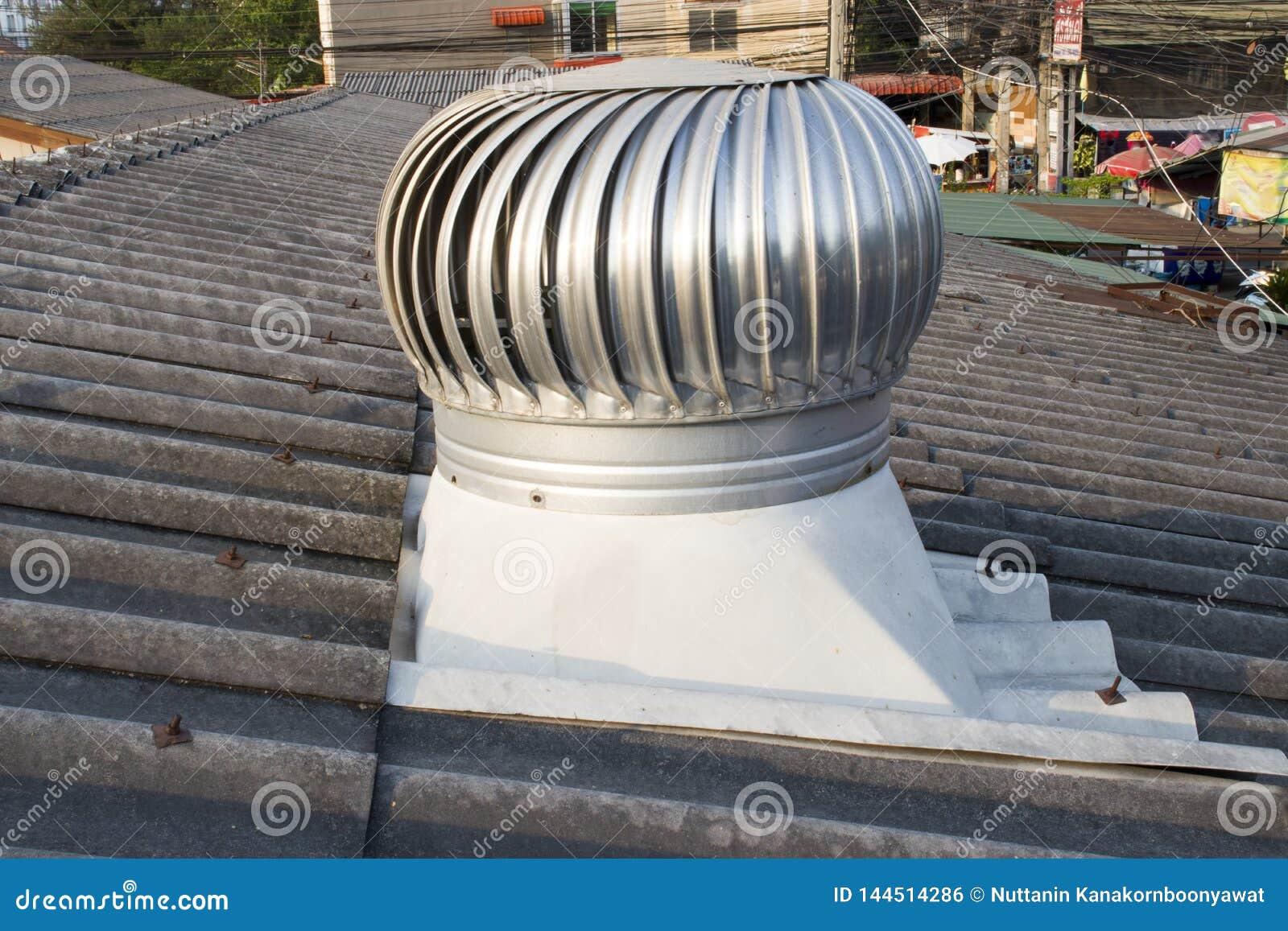 Ventilador do telhado no telhado da indústria, Chiangmai, Tailândia - 9 de maio de 2019