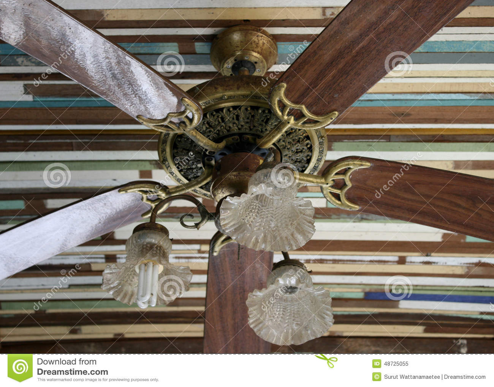 ventilateur de plafond en bois image stock image du d flecteur colonial 48725055. Black Bedroom Furniture Sets. Home Design Ideas