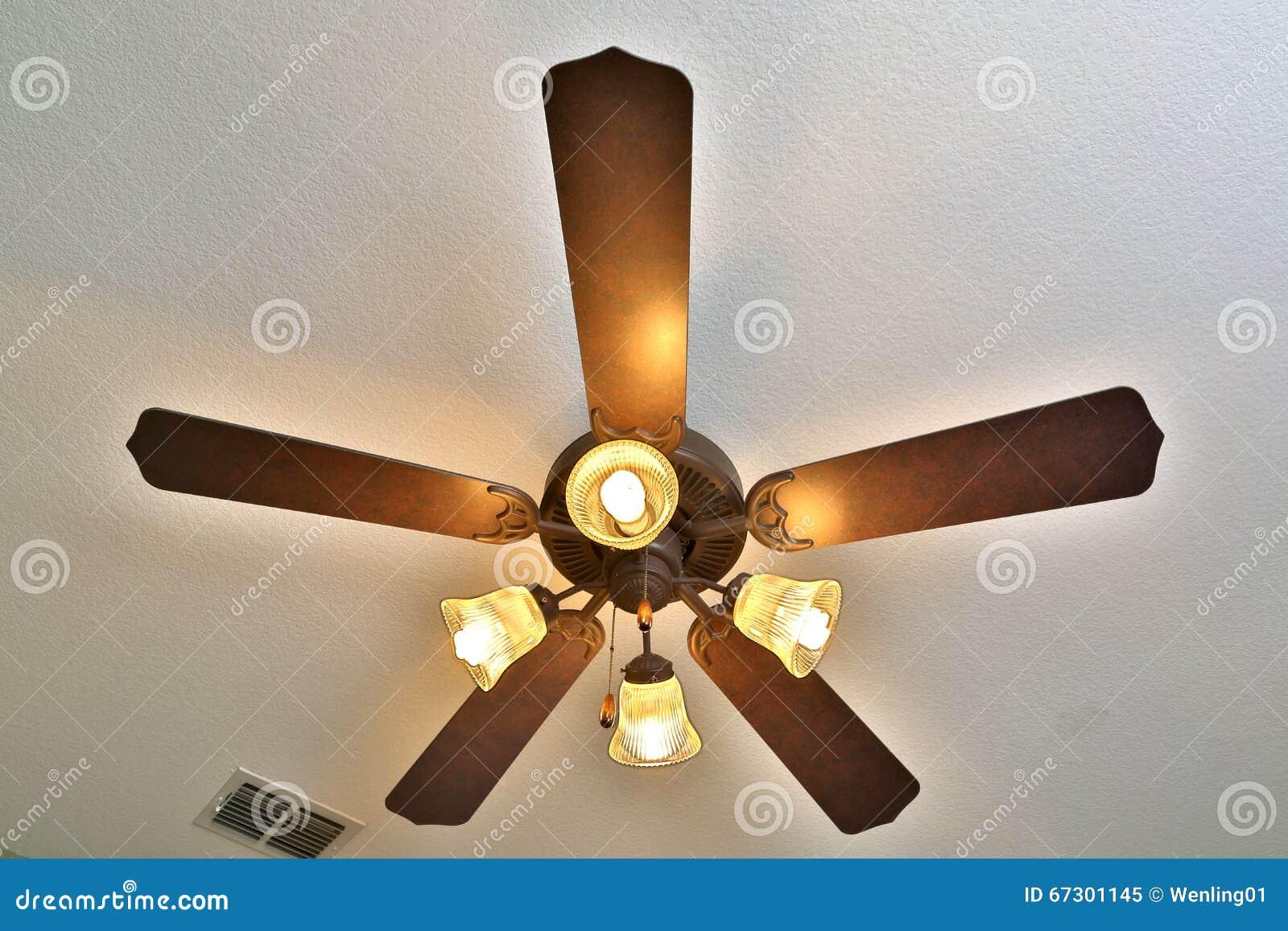 Ventilatore da soffitto con le luci sopra immagine stock