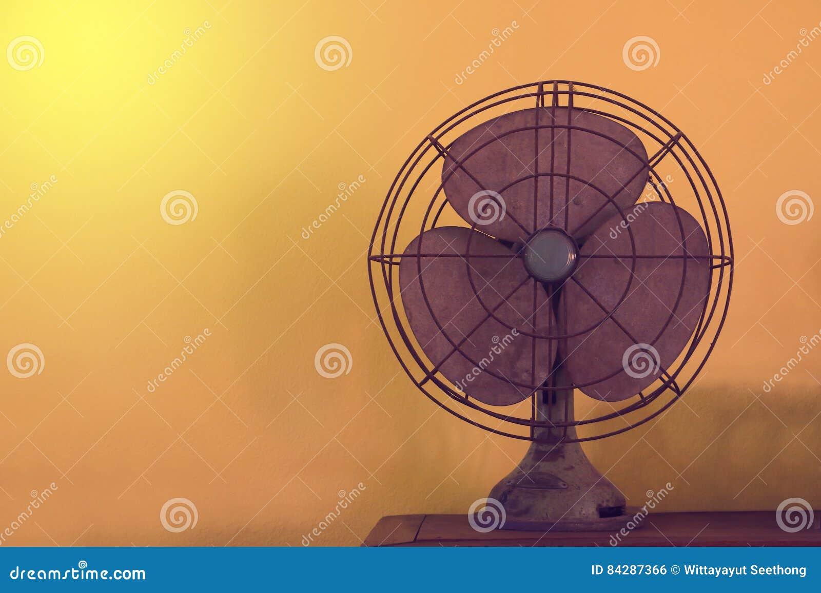Ventilatore elettrico antico del ventilatore da tavolo sulla
