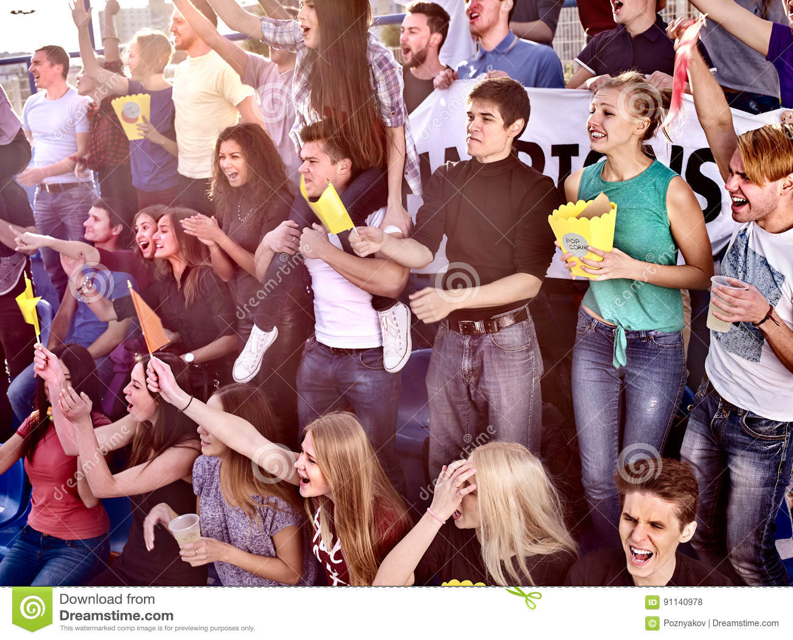 Ventilators die in stadion toejuichen en popcorn eten
