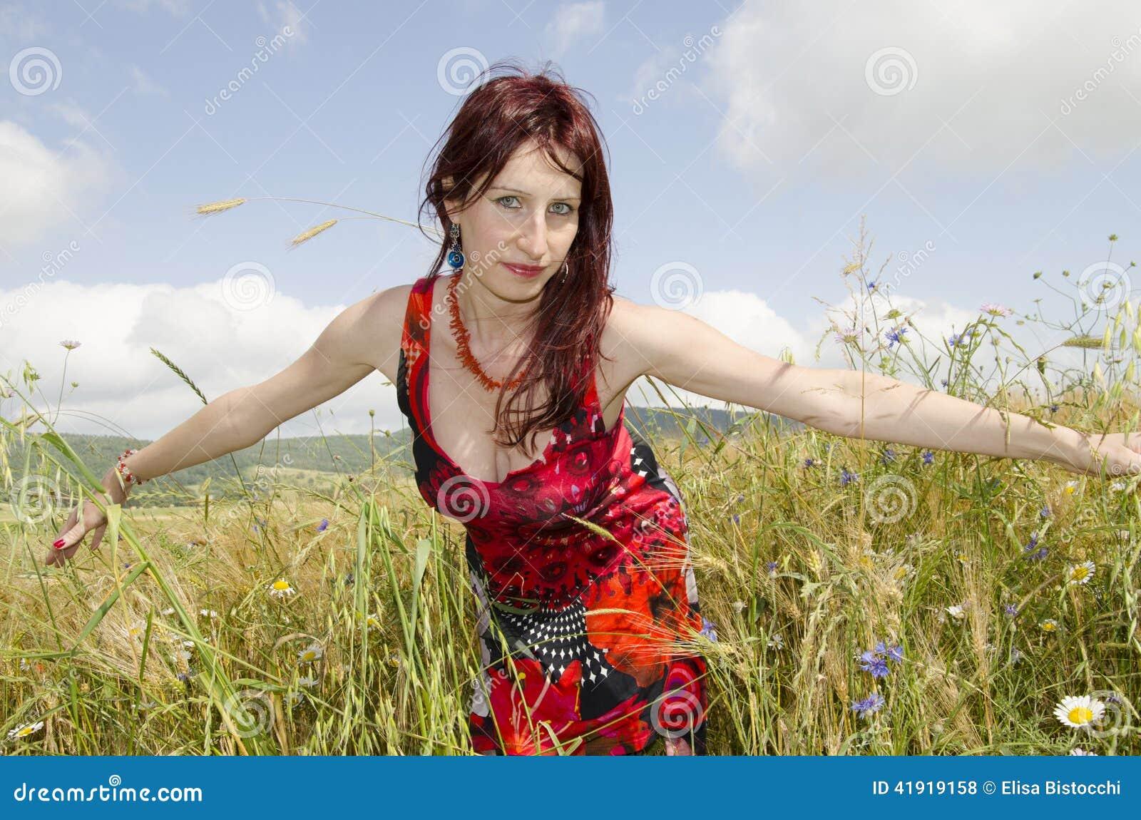 Verão bonito do campo de cereal da mulher