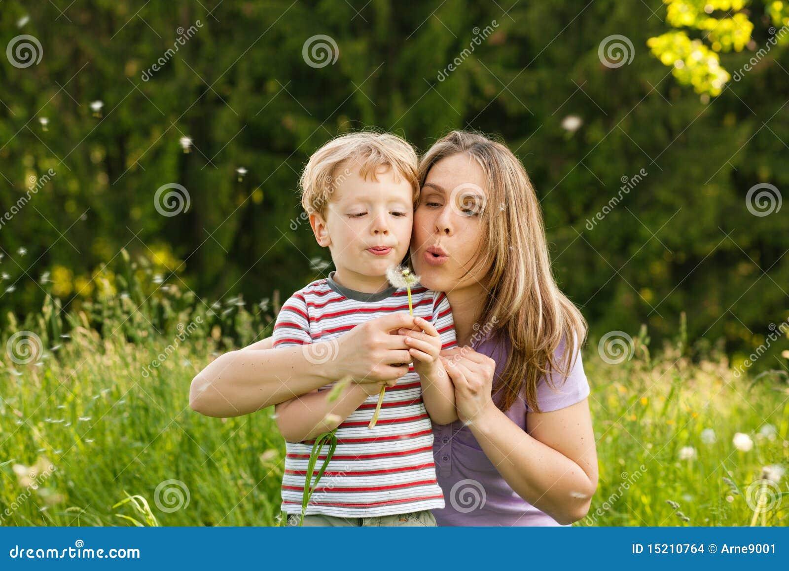 Verão da família - sementes de sopro do dente-de-leão