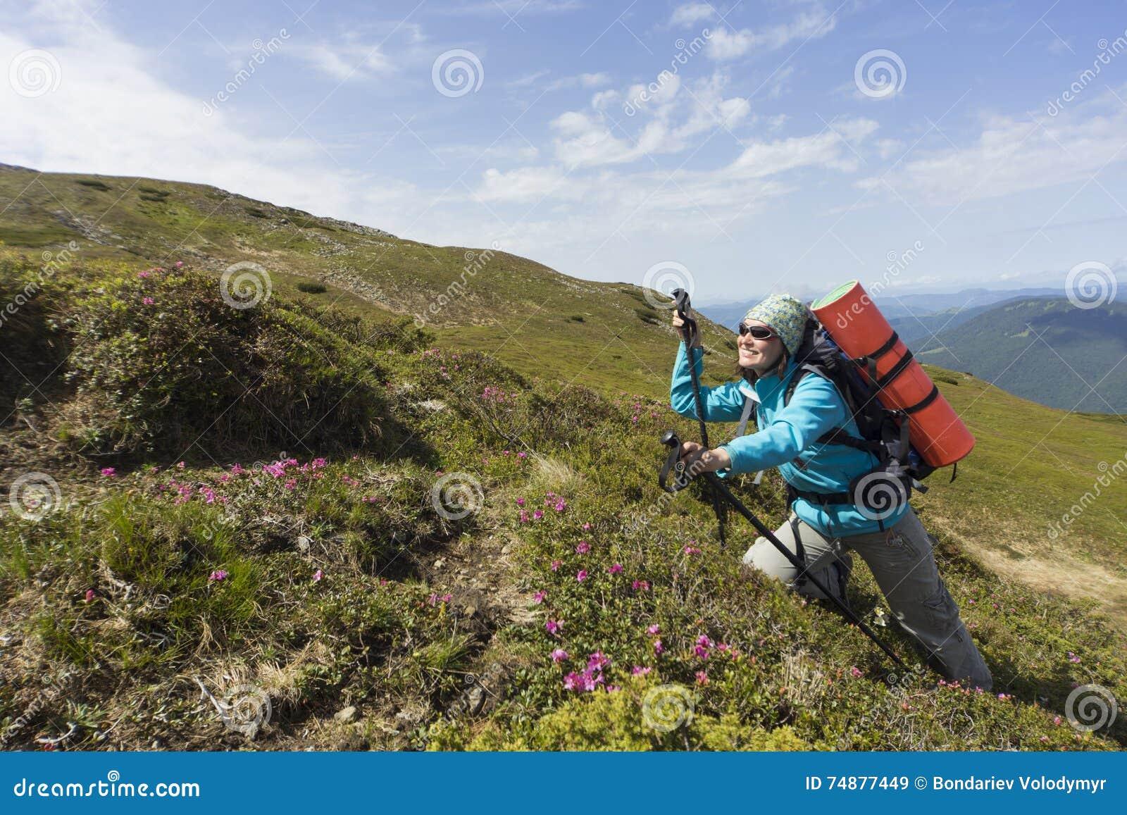 Verão que caminha nas montanhas com uma trouxa