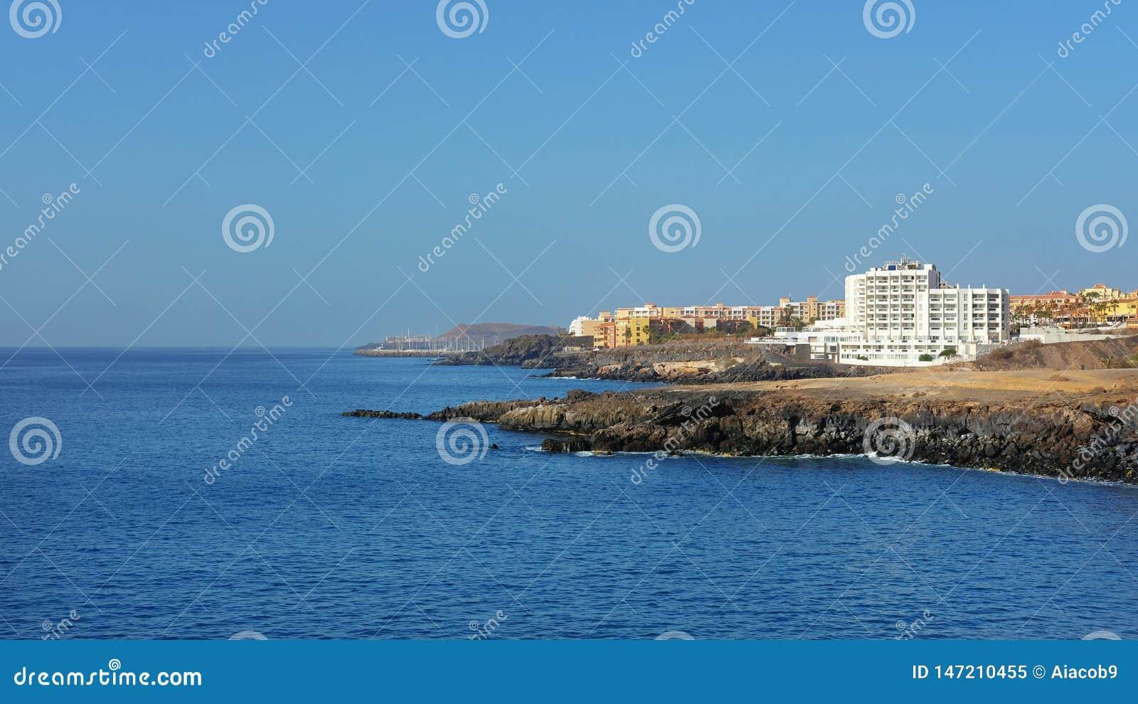Verão, vistas claras para San Blas e Golfe del Sur, recursos do sul populares em Tenerife, Ilhas Canárias, Espanha