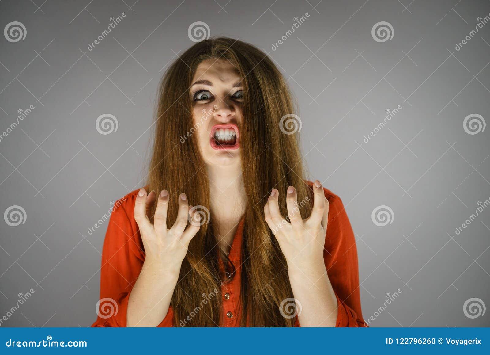 Verärgerte junge hübsche Frau