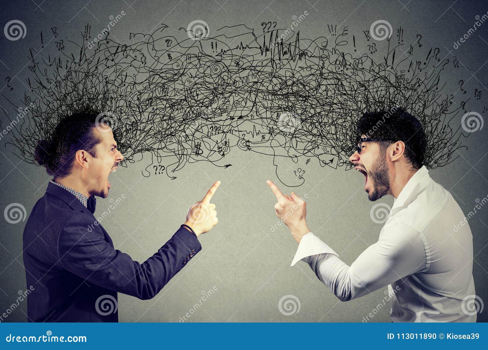 Verärgerte Männer, die an einander austauschend mit negativen Gedanken schreien