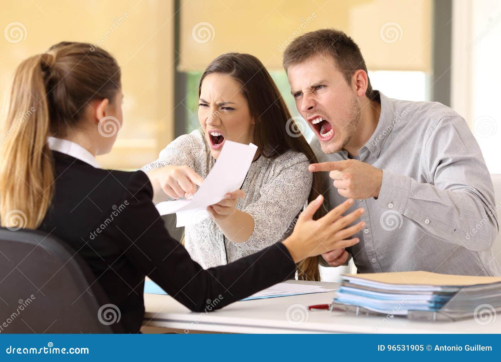 Verärgerte Paare, die im Büro behaupten