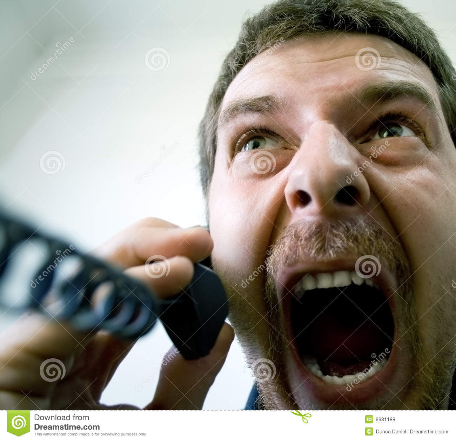 Verärgerter betonter Geschäftsmann am Telefon