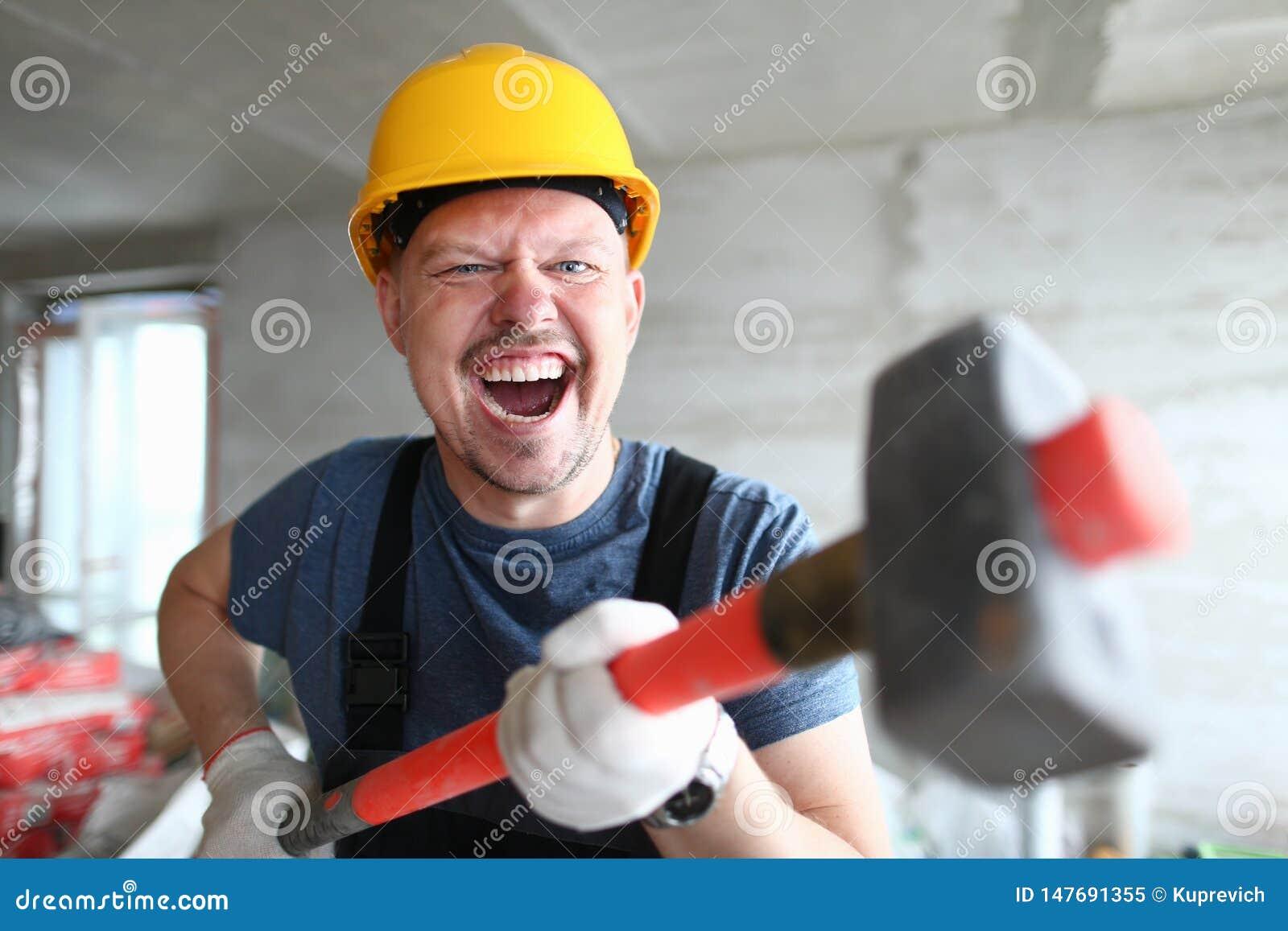 Verärgerter Erbauerholdingvorschlaghammer und