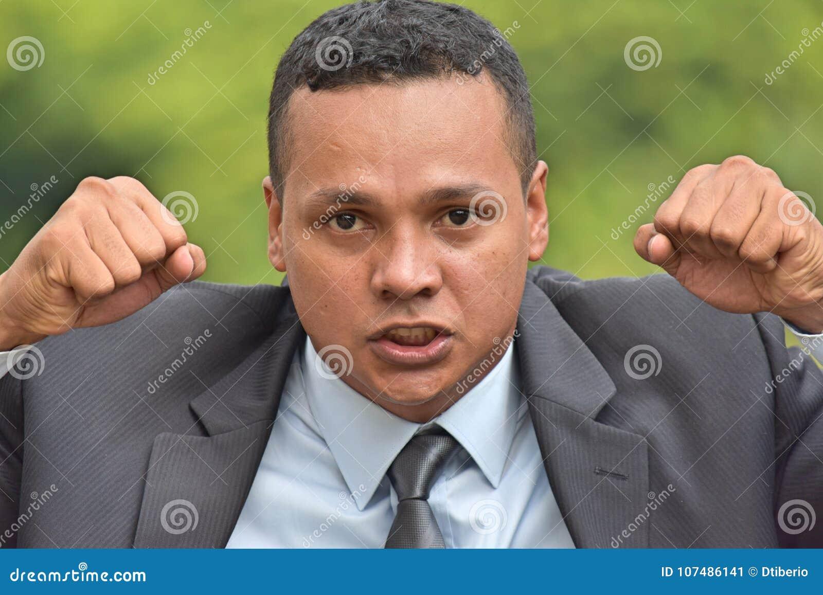 Verärgerter erwachsener Unternehmensleiter-tragender Anzug