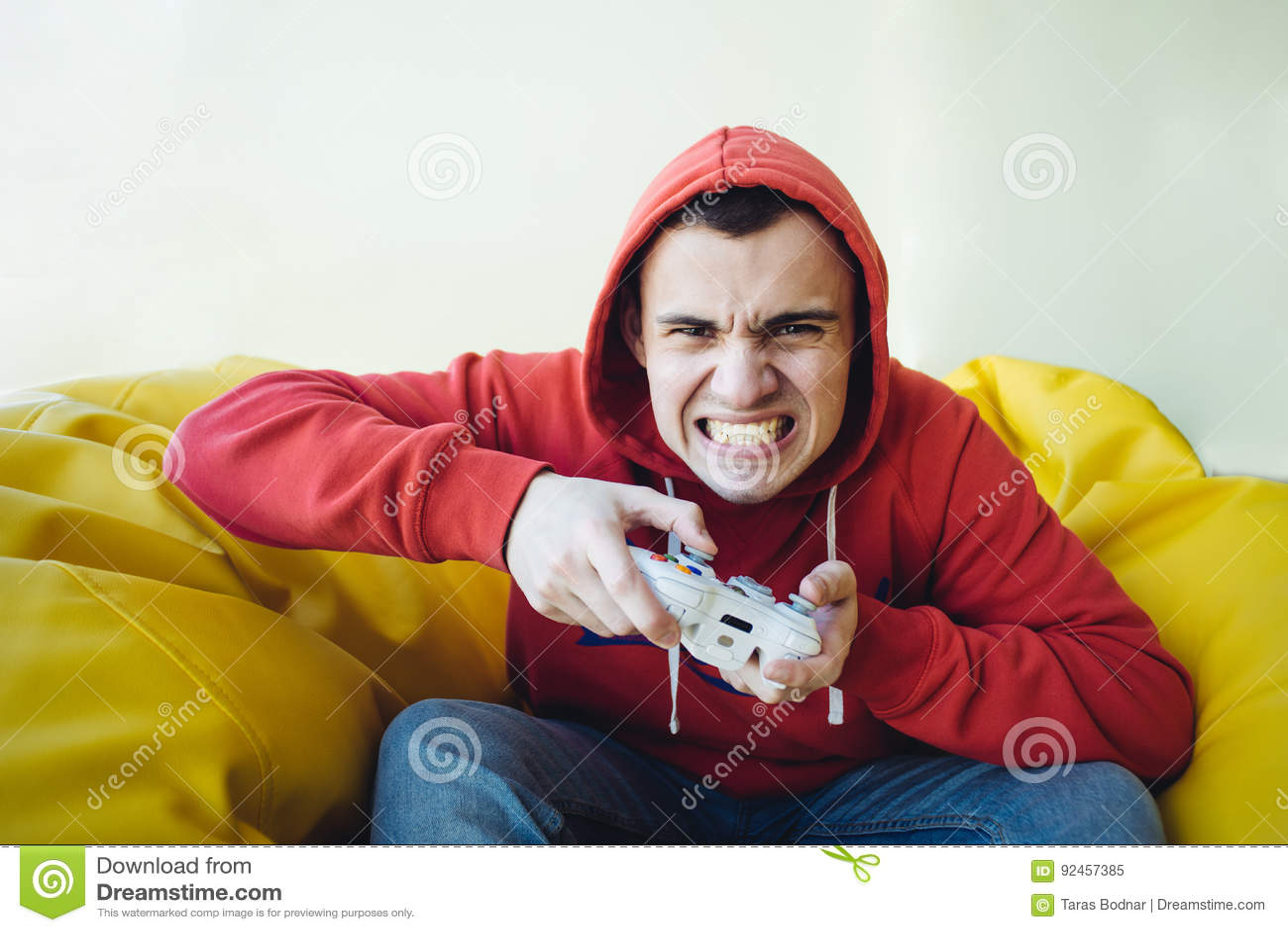 Verärgerter jugendlich Gamer spielt emotional einen Steuerknüppel auf der Konsole Fokussierte Ansicht der Kamera