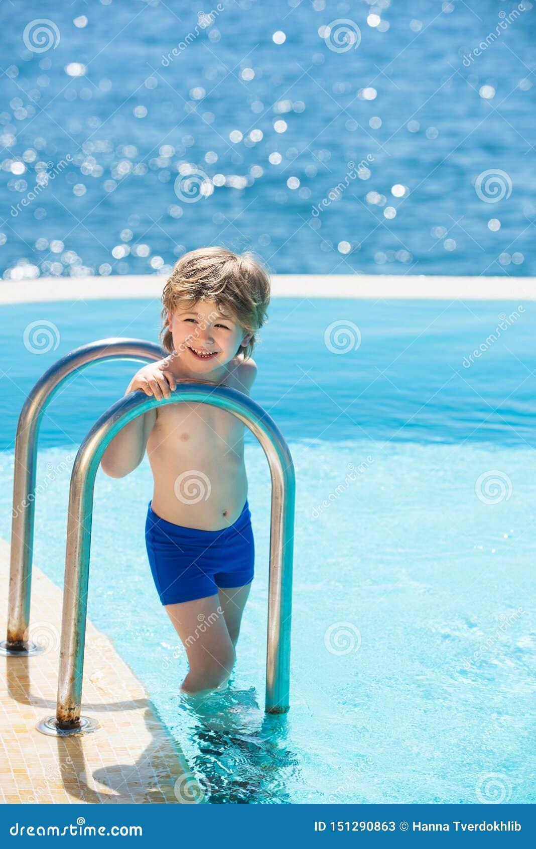 Ver?o quente Jovens que t?m o divertimento no ver?o Relaxe na piscina dos termas Perito luxuoso do curso Crian?a na associa??o