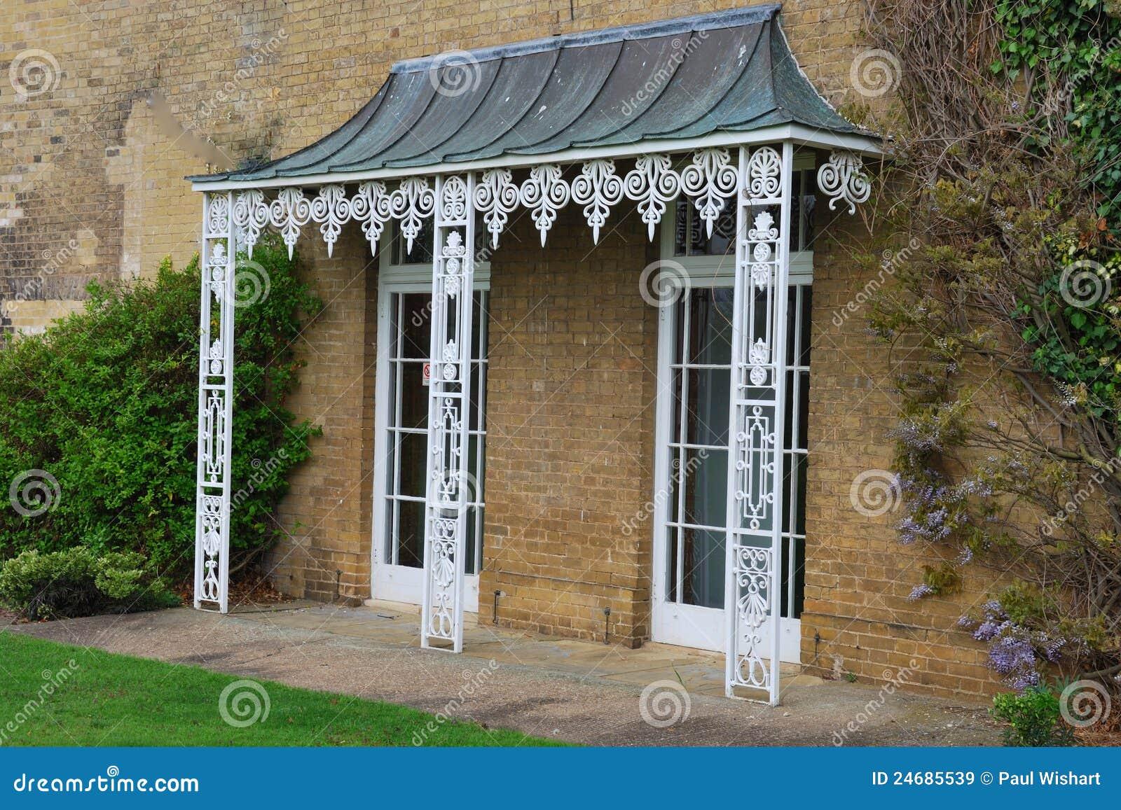 Veranda bianca del ghisa immagini stock libere da diritti for Disegni semplici della casa del bungalow