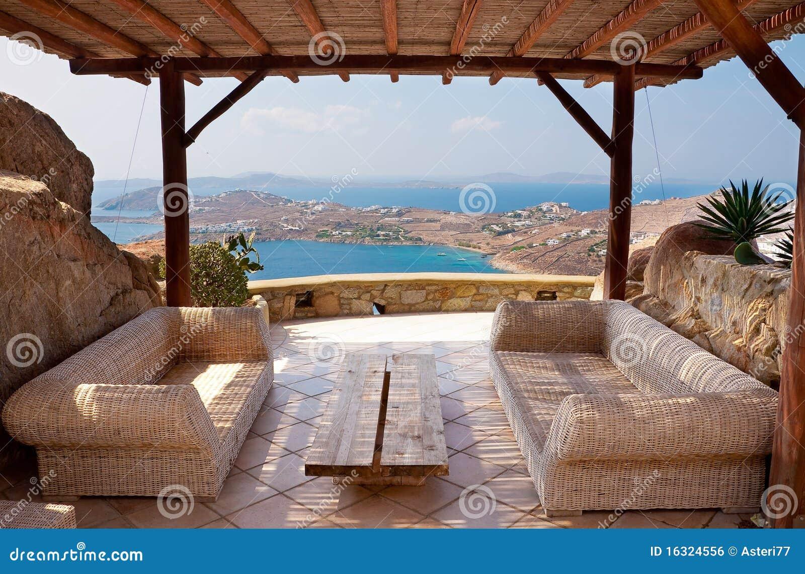 Veranda con mobilia di vimini in un hotel