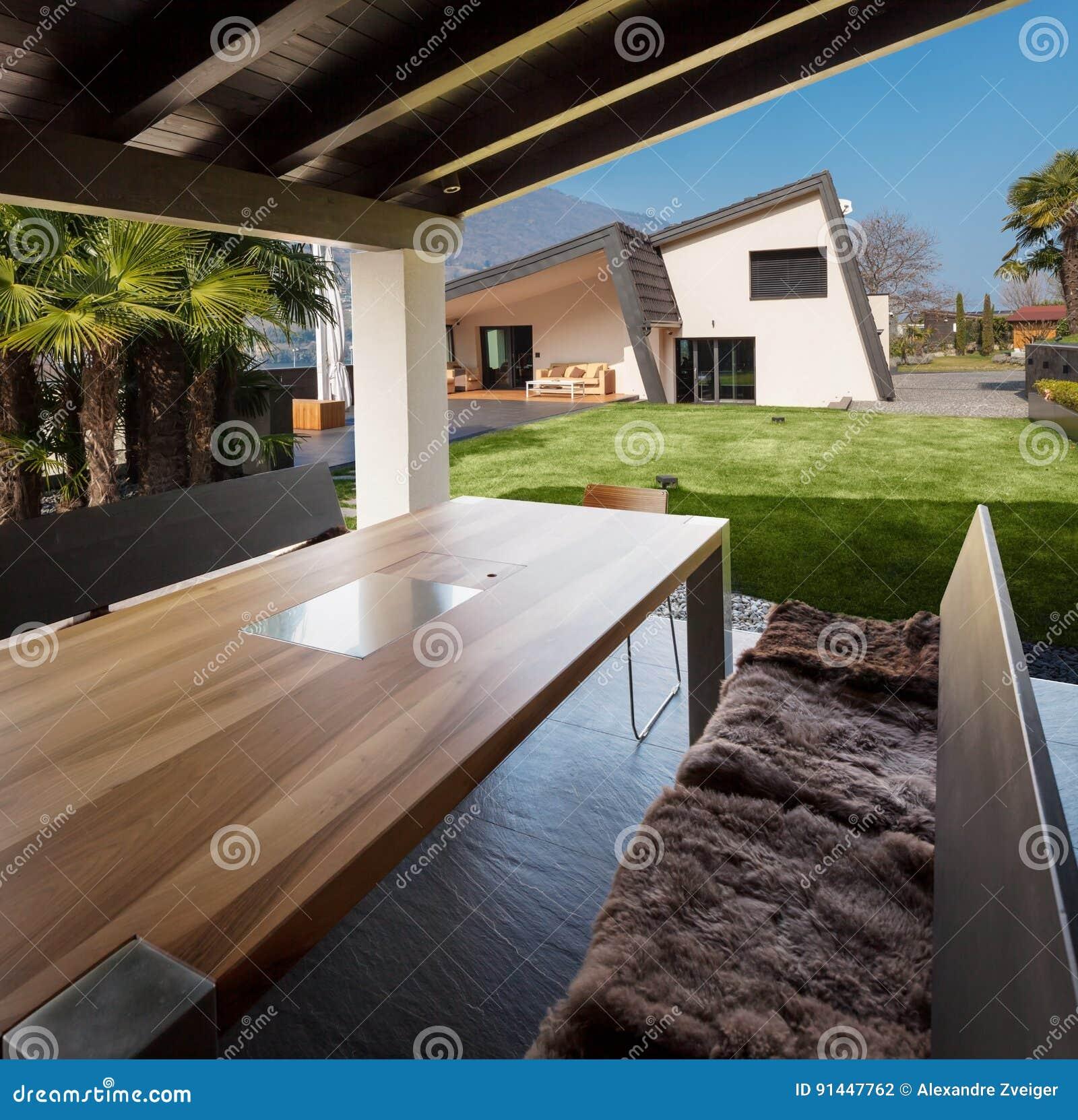 Veranda della villa moderna che trascura il giardino for Giardino villa moderna