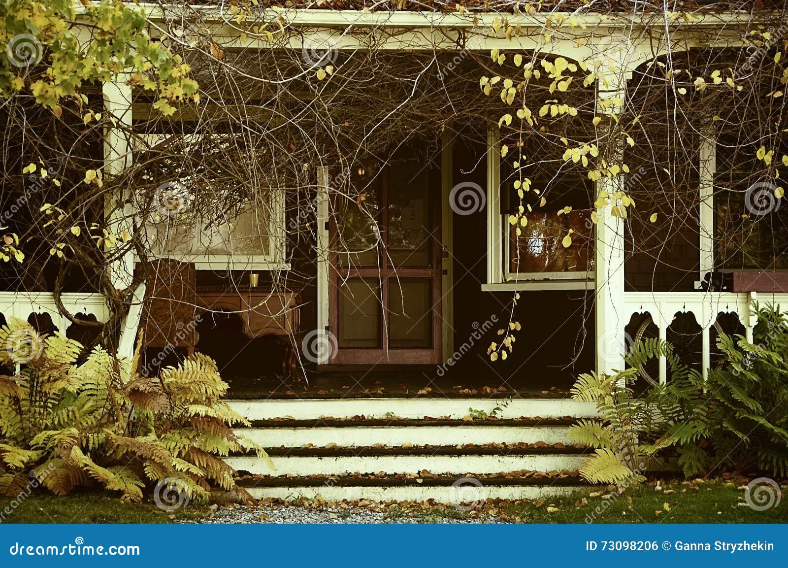 Veranda Di Una Casa Abbandonata Nel Giardino Foto Dell'annata Autunno Fotografia Stock ...