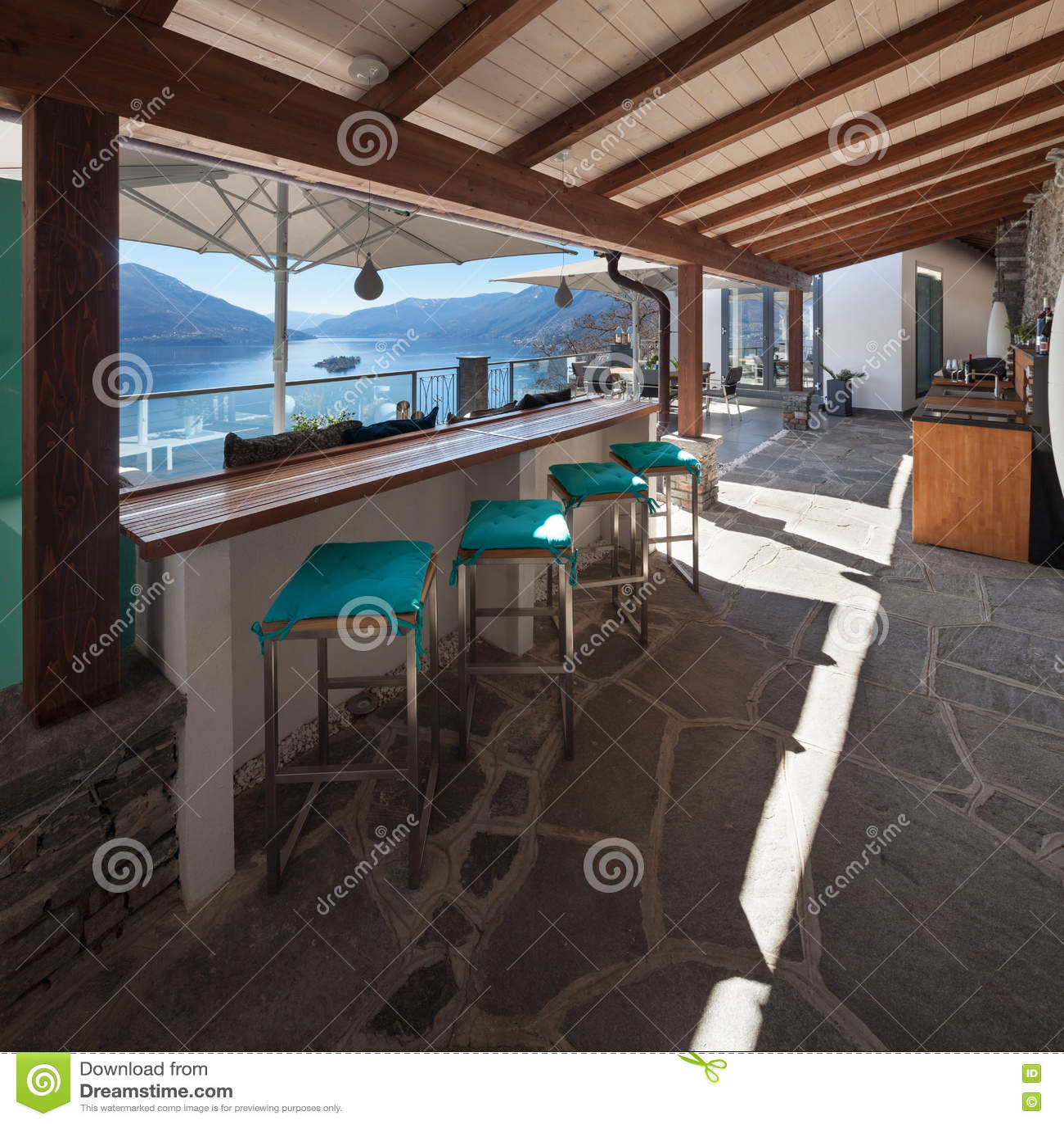Veranda di una casa di lusso fotografia stock immagine for Case di lusso a una storia