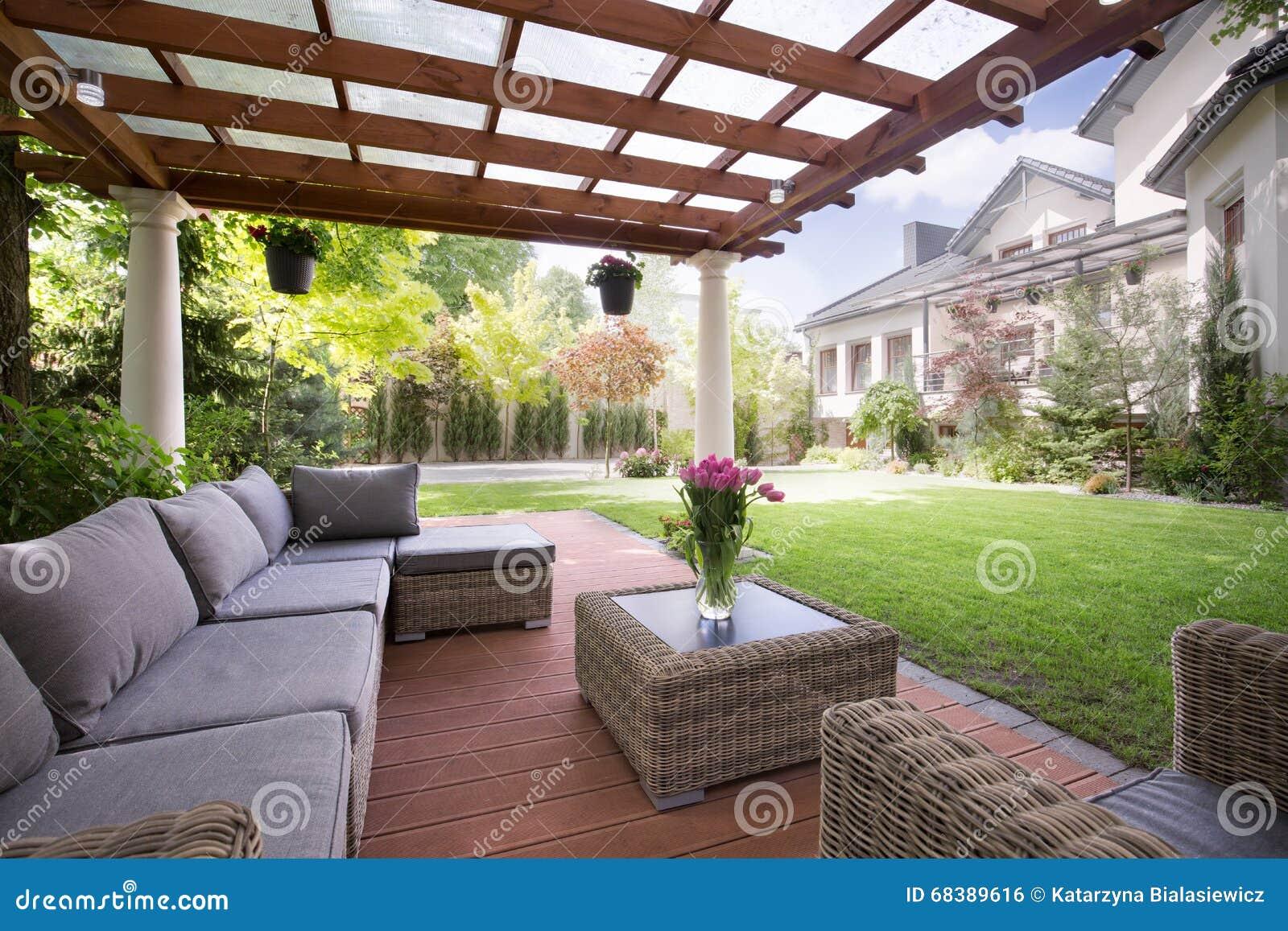 Veranda Mit Modernen Gartenmöbeln Stockfoto Bild Von Hinterhof