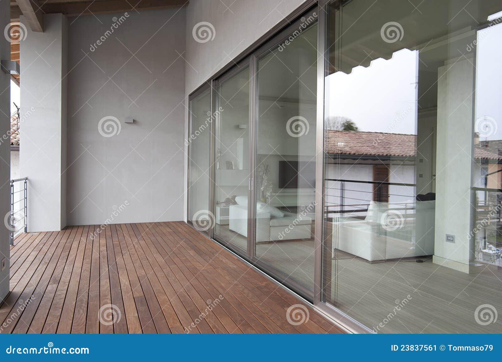 Patio disegno veranda : Vista di una veranda moderna con le grandi finestre ed il pavimento di ...