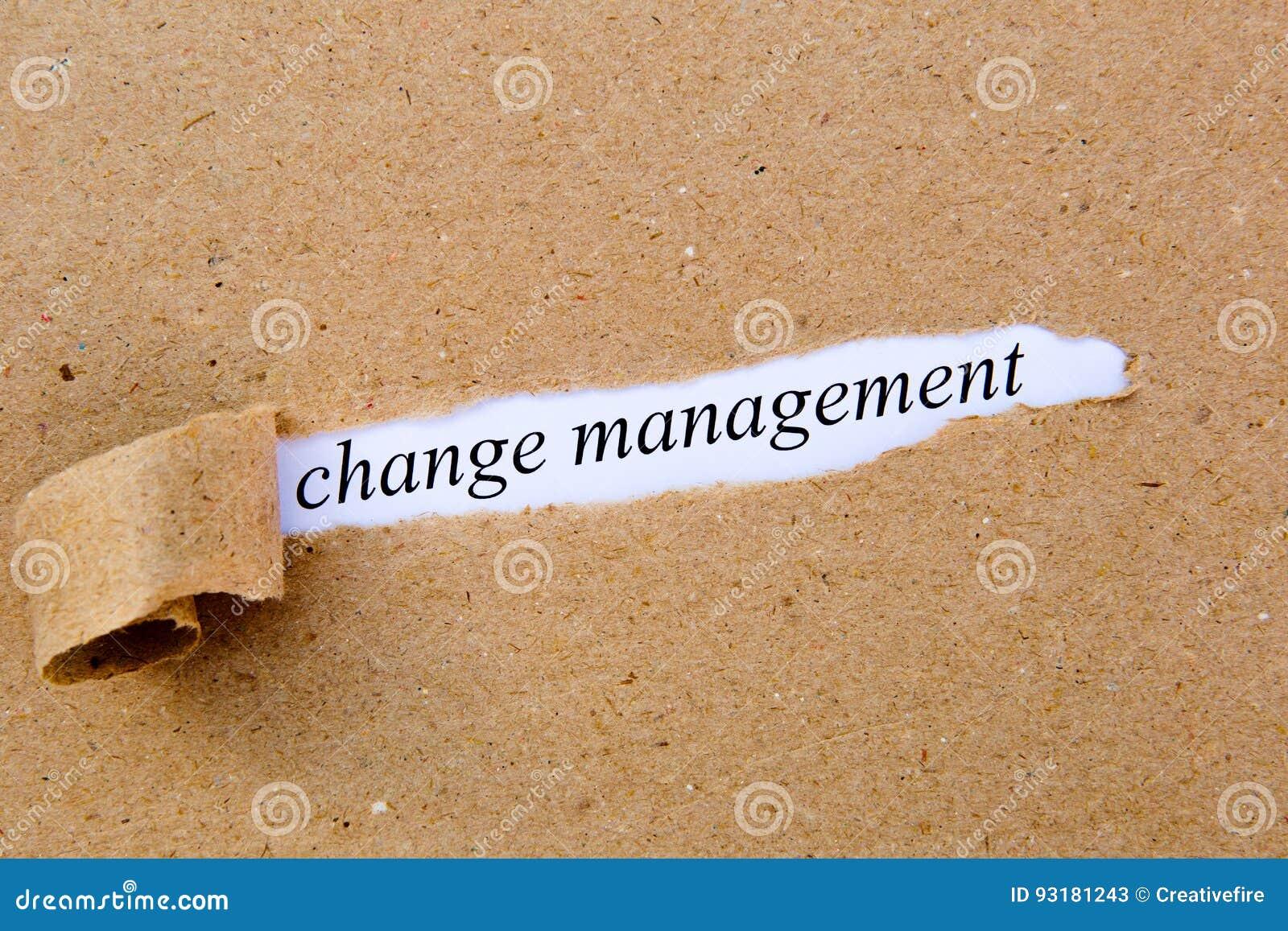 Veranderingsbeheer - gedrukte tekst onderaan gescheurd pakpapier